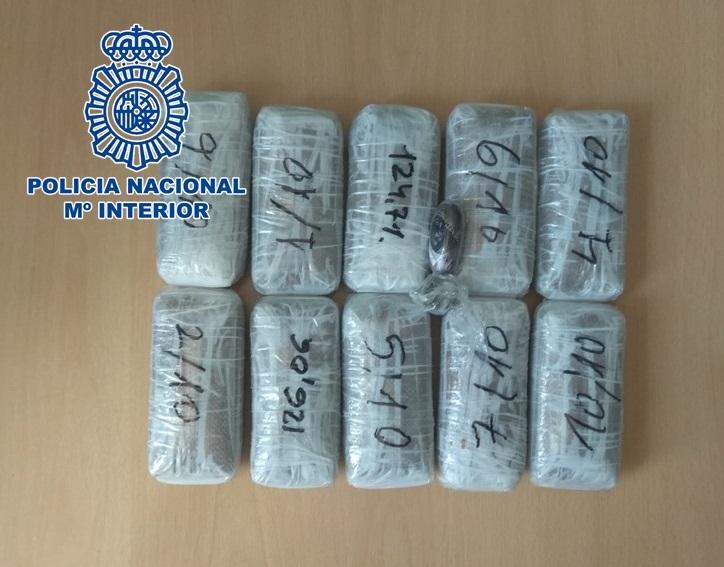 Dos detenidos cuando traficaban con 1,3 kilos de hachís y levaban 4.000 euros en una furgoneta