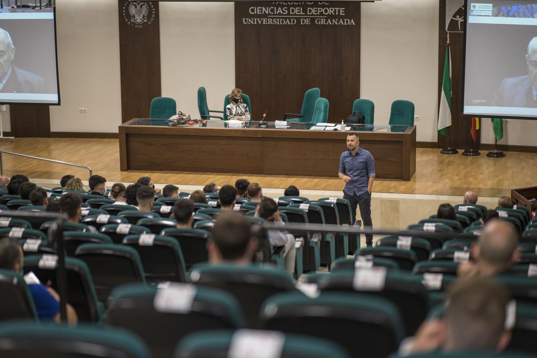 El entrenador del Granada CF, Diego Martínez, imparte una serie de charlas en la Facultad de Ciencias del Deporte