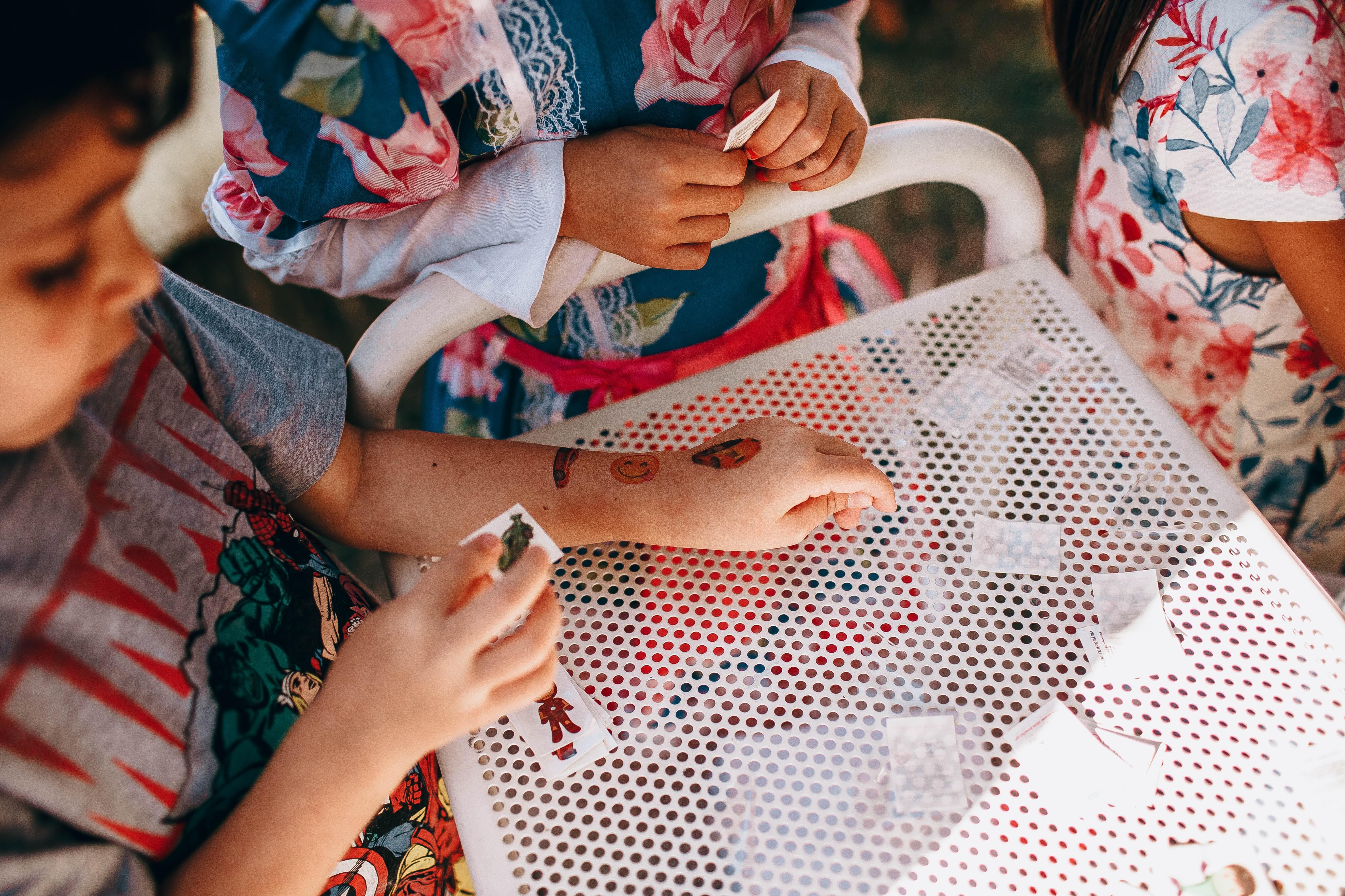 Las calcomanías que usan con frecuencia los niños pueden alterar la función de barrera protectora de la piel