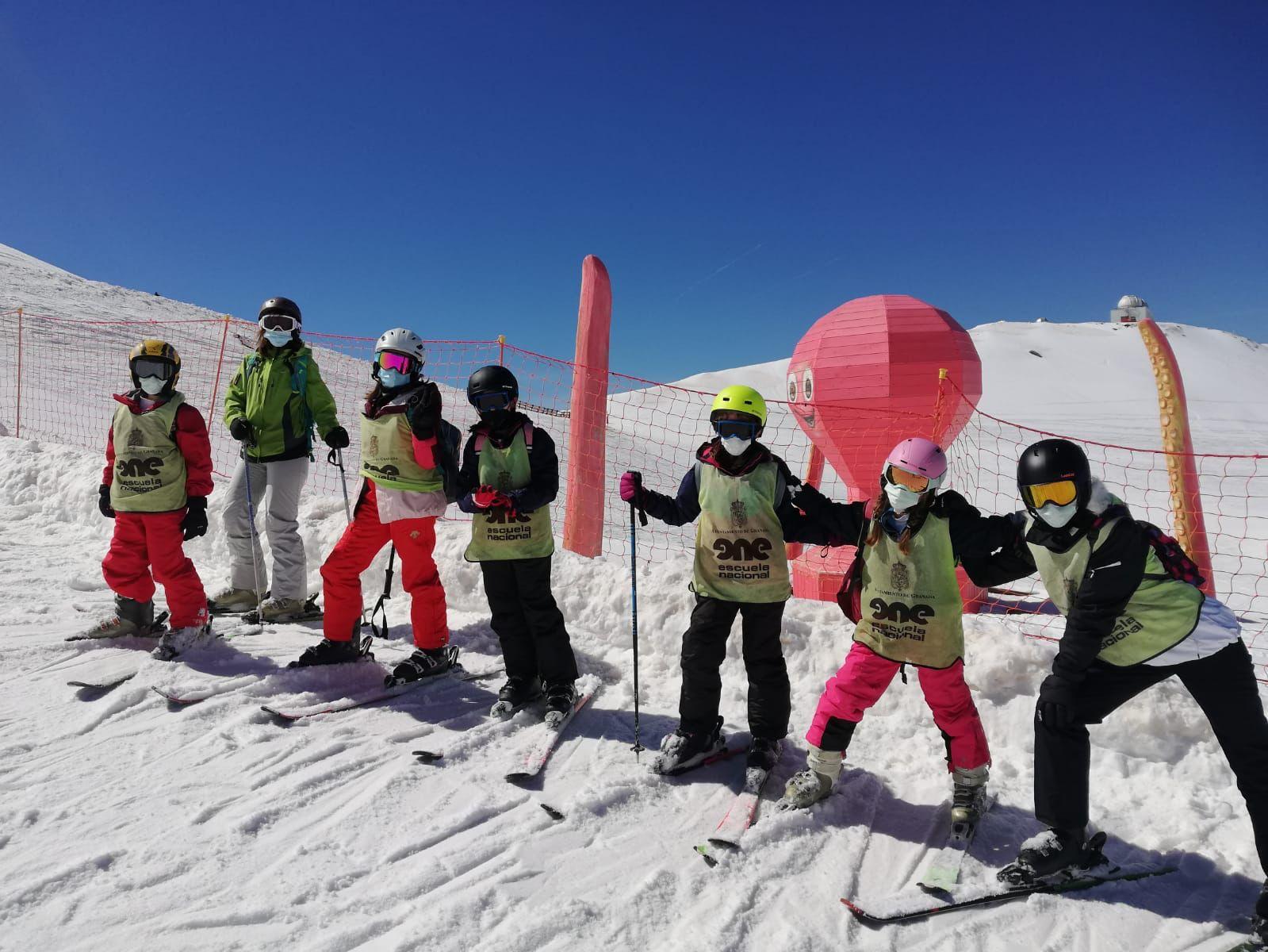 El Ayuntamiento impulsa el esquí en familia