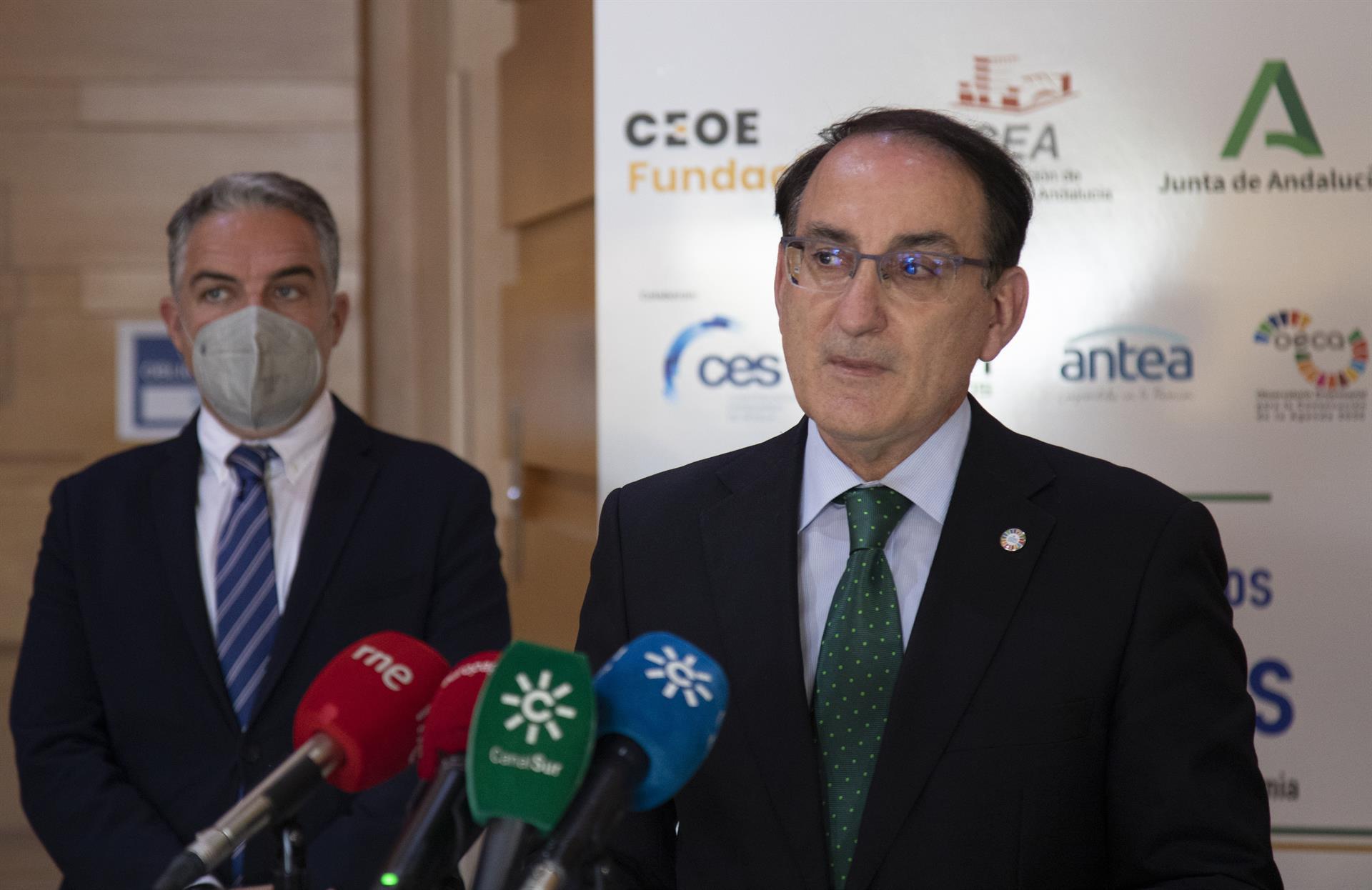 La Junta ultima un acuerdo para que las empresas andaluzas puedan vacunar frente a la Covid a sus trabajadores