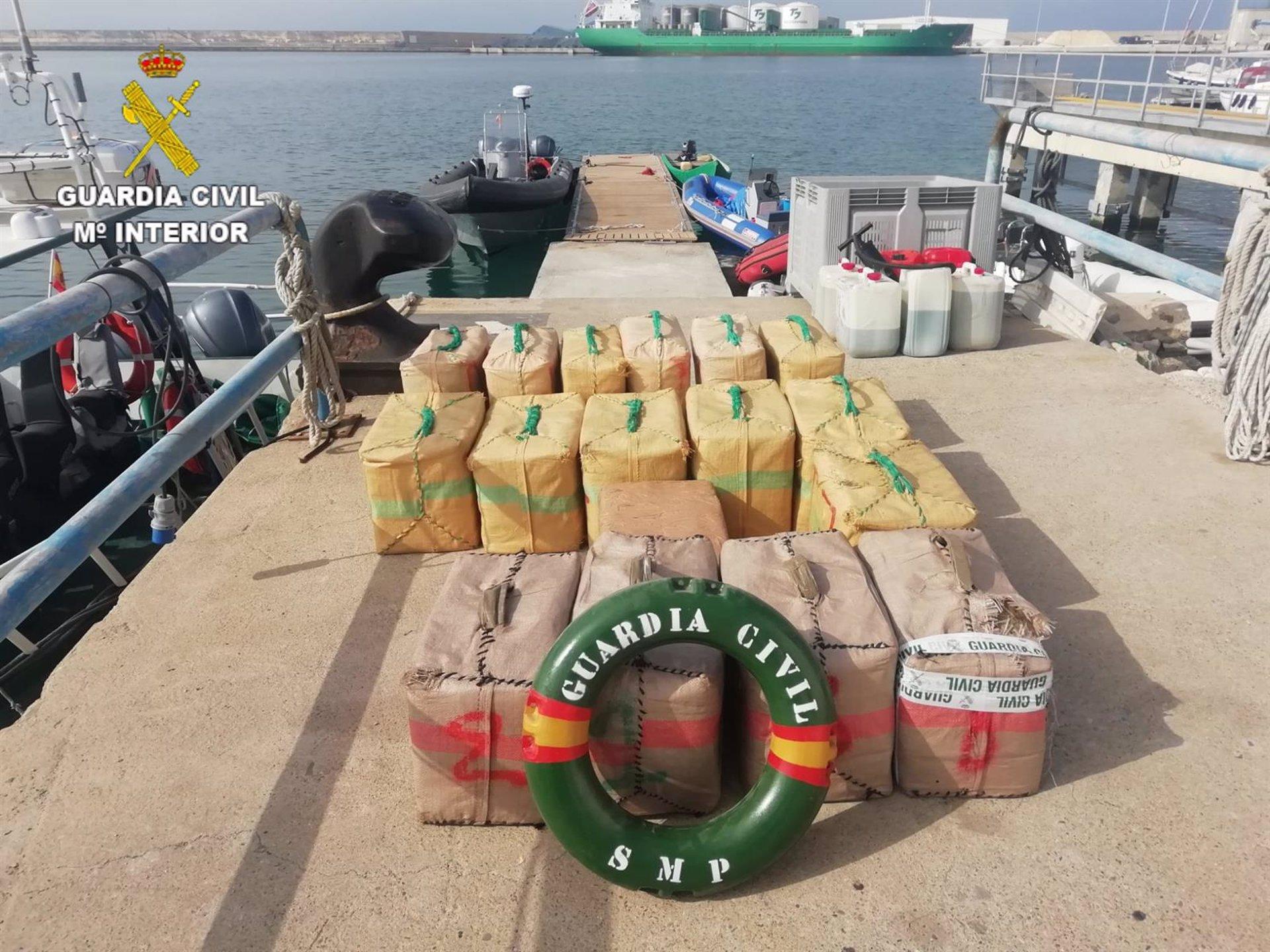 Interceptada una embarcación con 560 kilos de hachís frente a la playa de La Rábita