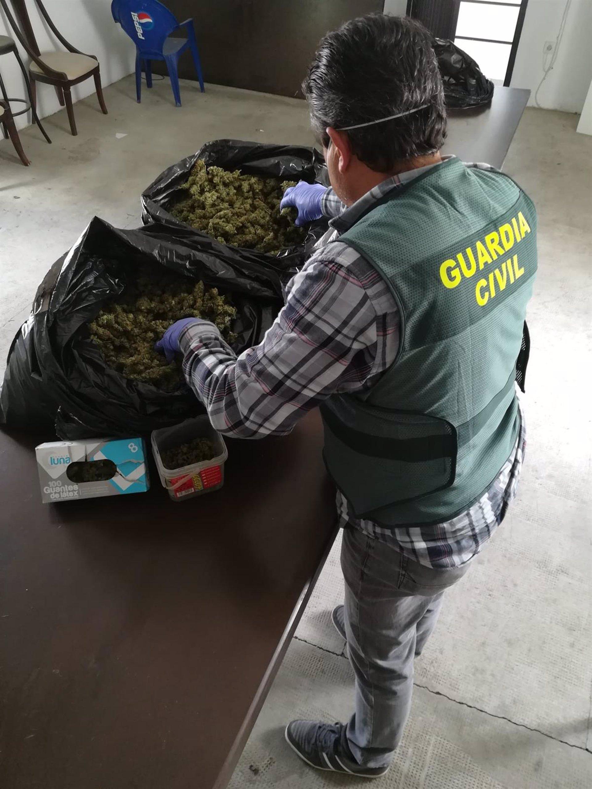 Detenido tras huir de un control con un coche «cargado de marihuana»