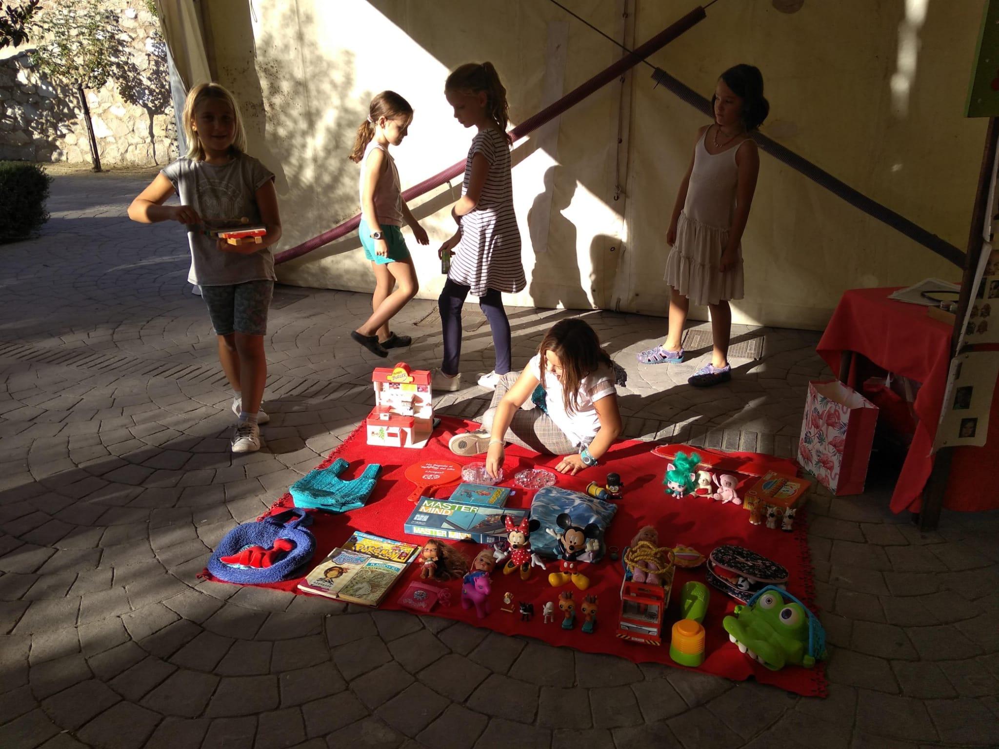 Escolares del colegio Miraflores de Monachil organizan un rastro infantil para recaudar dinero para su fiesta de fin de curso