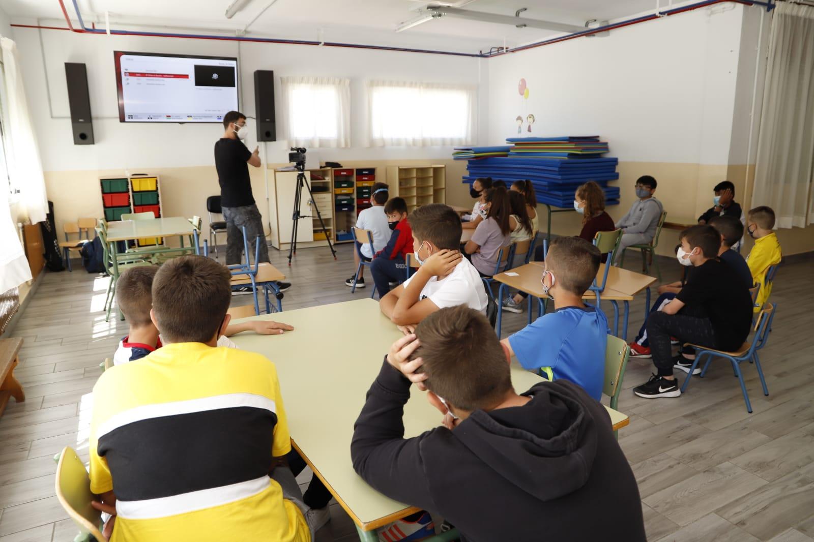 Un taller de radio y TV previene el ciberacoso entre los escolares del colegio San Isidro Labrador de Huétor Tájar