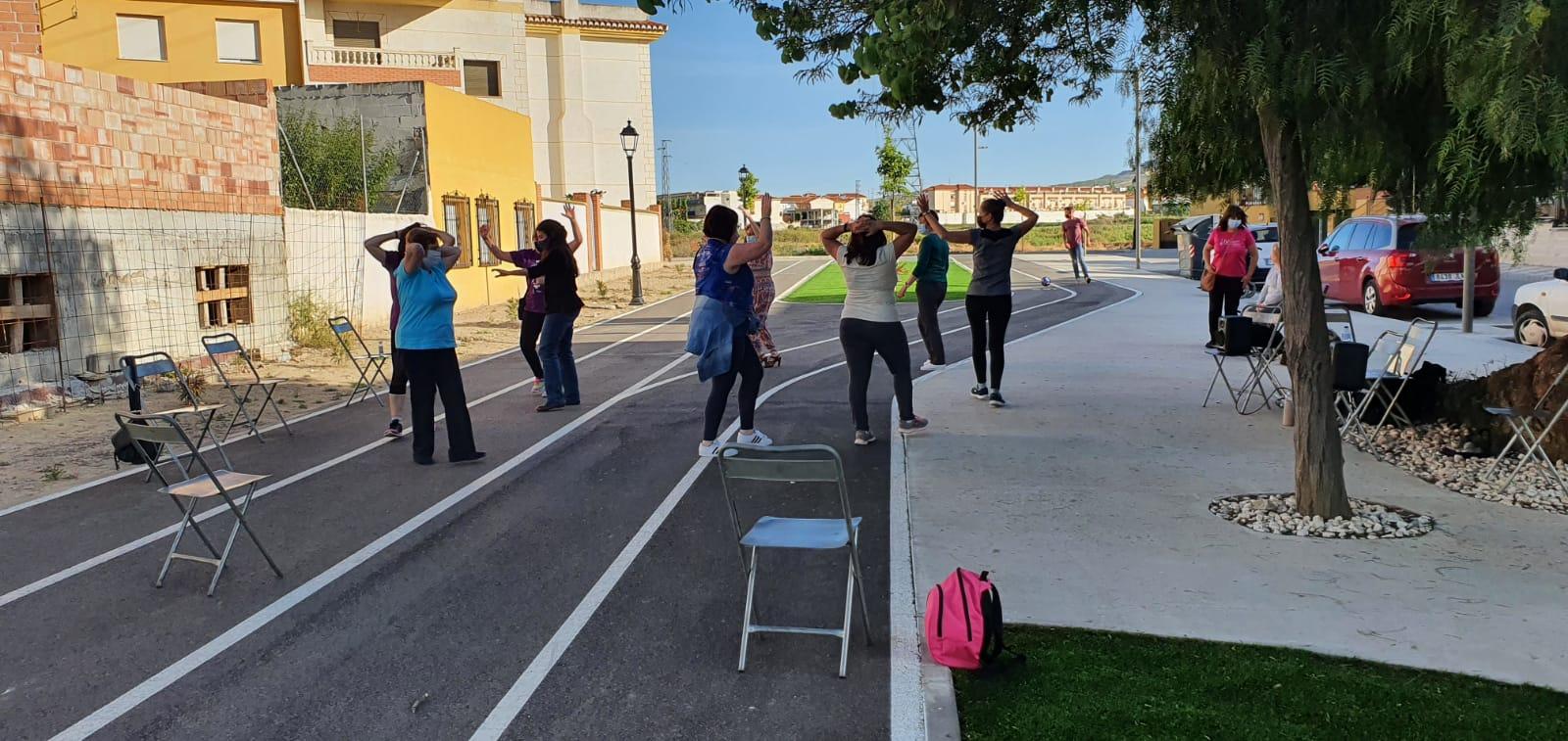 Las mujeres de Cúllar Vega reducen su estrés a través de un taller de baile al aire libre