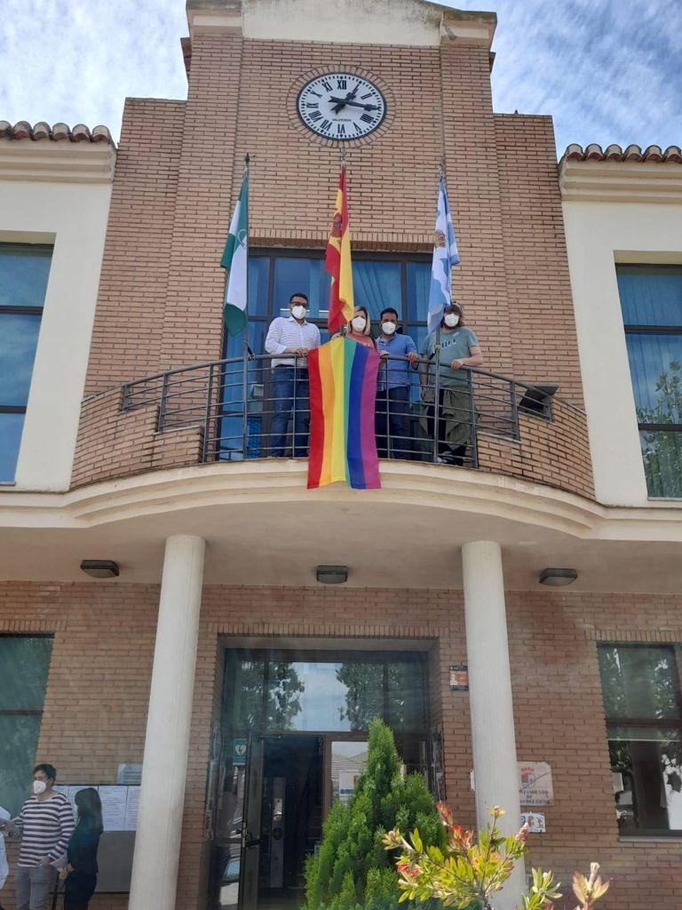 Vegas del Genil coloca la bandera LGTBIAQ+ en el balcón de su Ayuntamiento