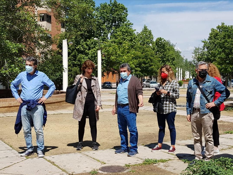 Concejales de Podemos-IU visitan el barrio Joaquina Eguaras para conocer los problemas de la zona