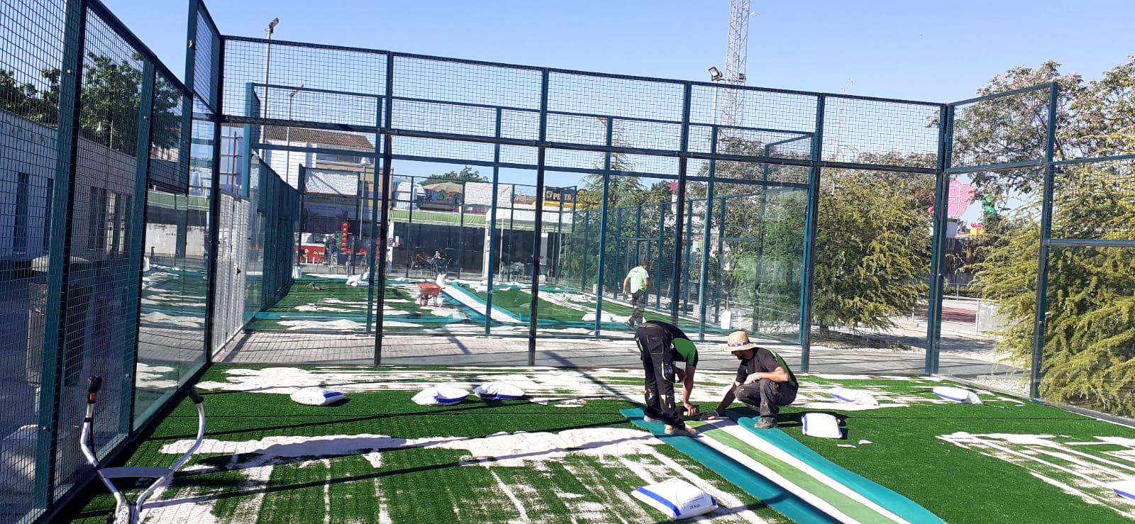 Vegas del Genil renueva el césped artificial de las pistas de pádel del complejo 'Las Peregrinas'