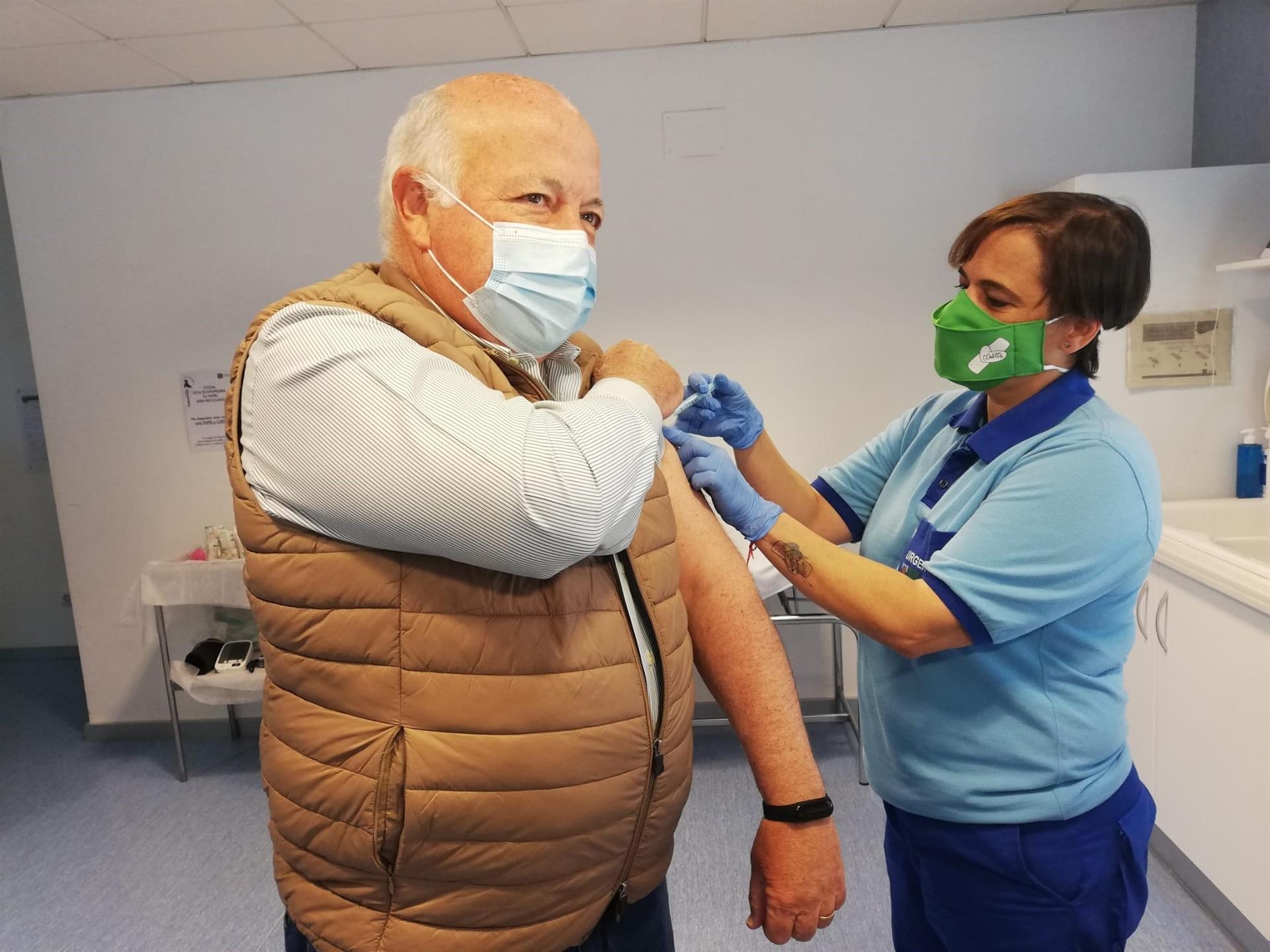 Aguirre se vacuna contra el Covid-19 y defiende la inmunización para tener «un verano tranquilo»