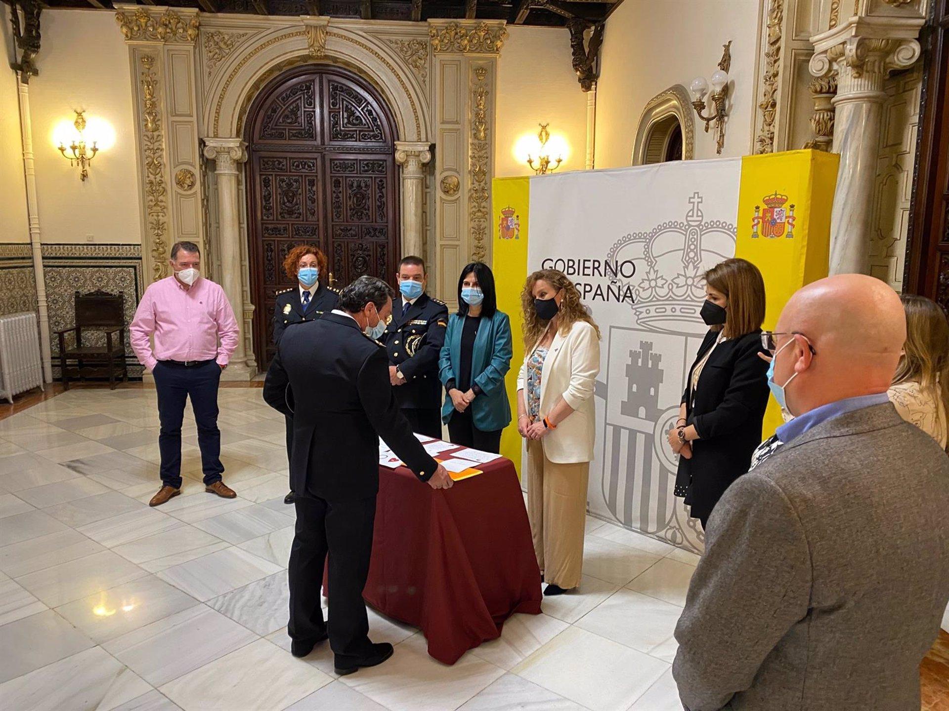 Escolares del centro Jardín de la Reina muestran su apoyo a las víctimas de violencia de género con cartas