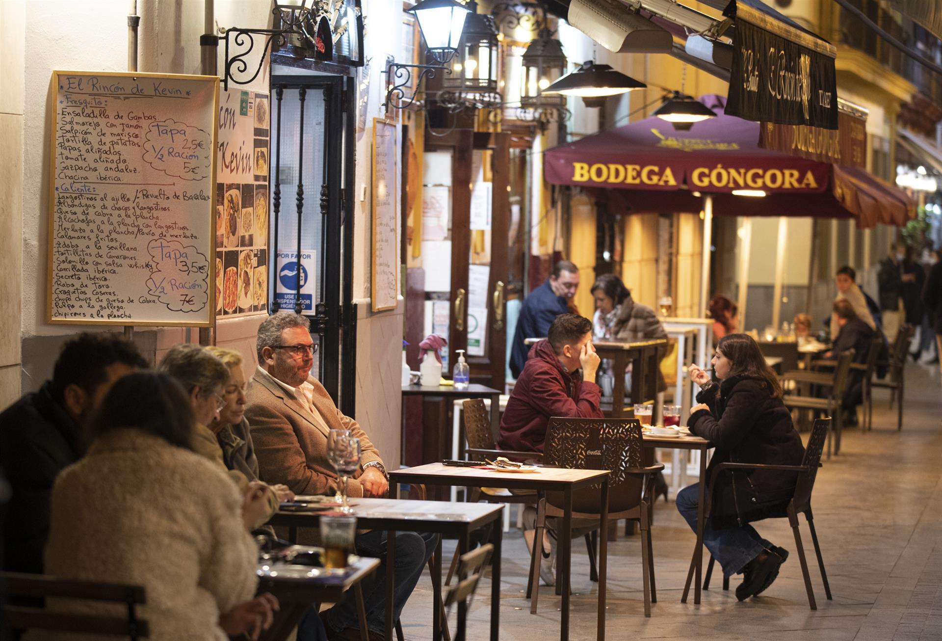Andalucía pone fin a su cierre perimetral, amplía hostelería hasta las 00 horas y reabre discotecas