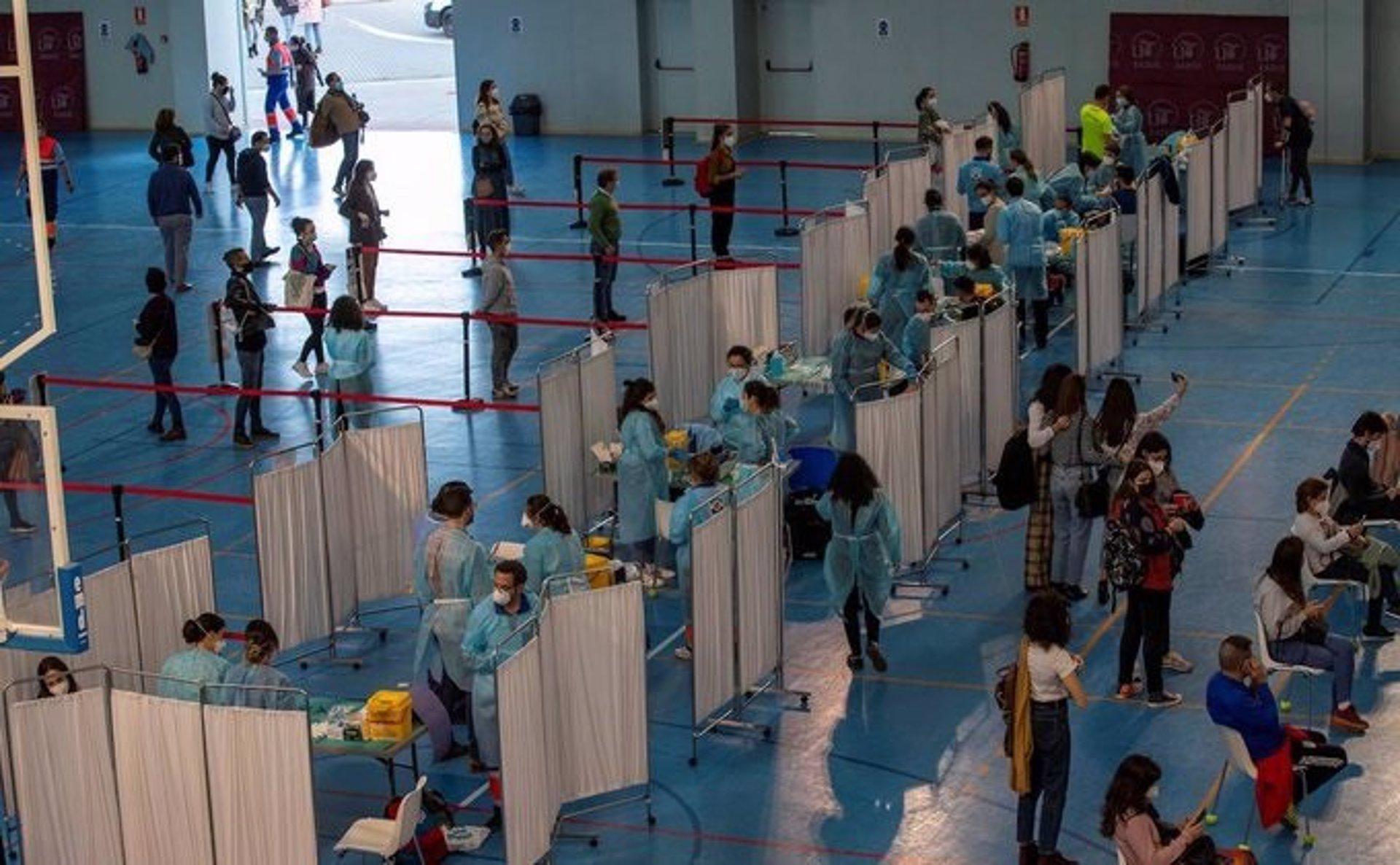 La Junta contempla que el 89% de los andaluces mayores de 16 años tendrá completada su vacunación en julio