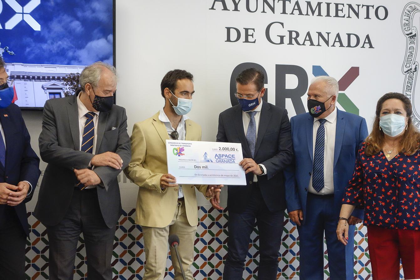 Granada apoya al médico con parálisis cerebral que hará el Camino de Santiago en bici para apoyar la labor de ASPACE