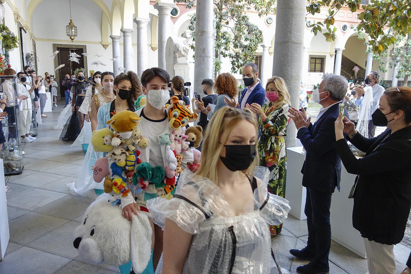 Desfile de ropa reciclada para celebrar el día internacional del reciclaje