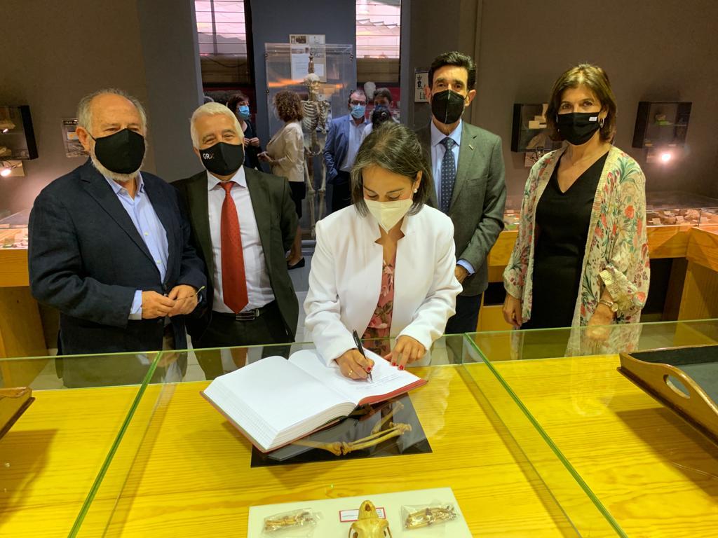 IES Padre Suárez inaugura su Museo de Ciencias con más de 10.000 piezas