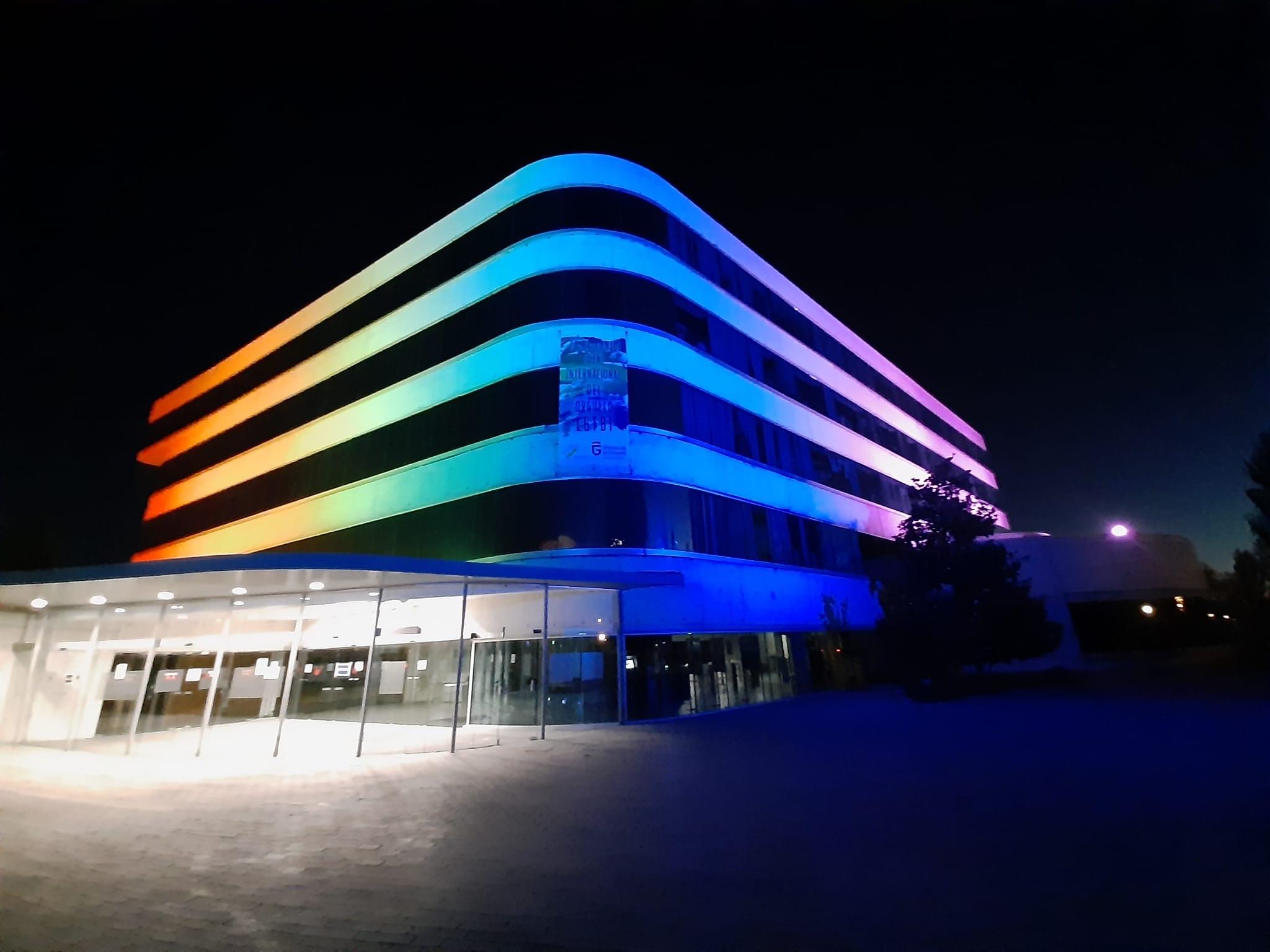 La sede de la Diputación se ilumina con los colores de la bandera LGTB