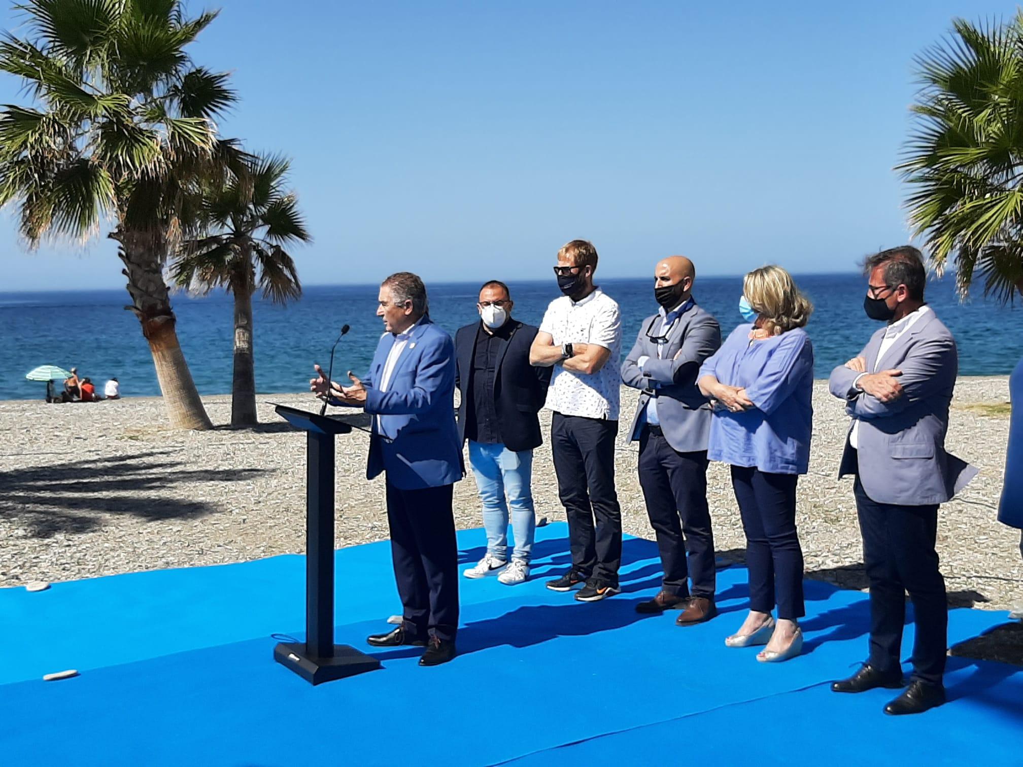 Turismo destaca la calidad y la seguridad del litoral granadino en la entrega de las Banderas Azules a Almuñécar