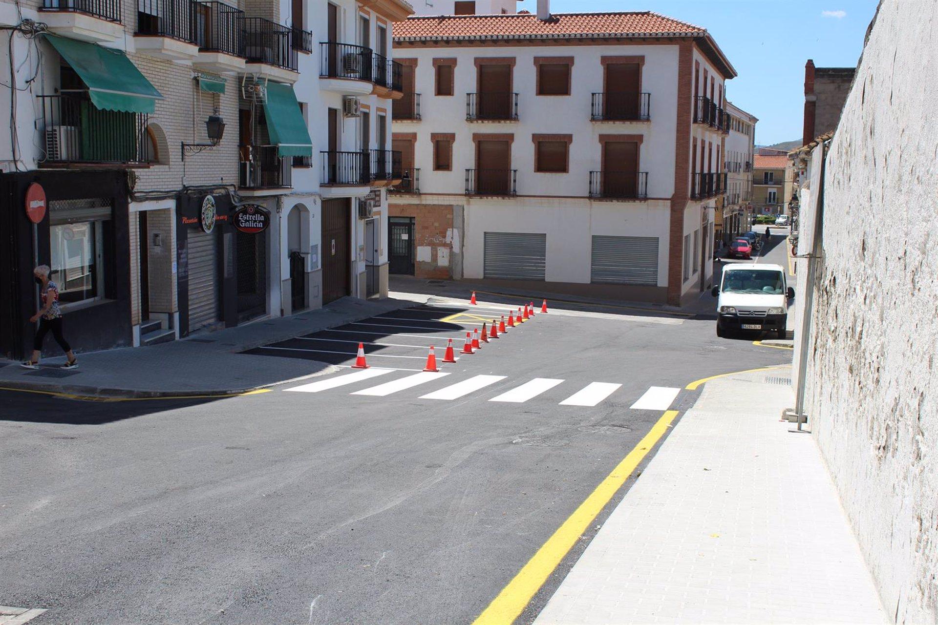 Remodelan una de las principales calles del caso histórico de Padul mediante fondos del PFEA