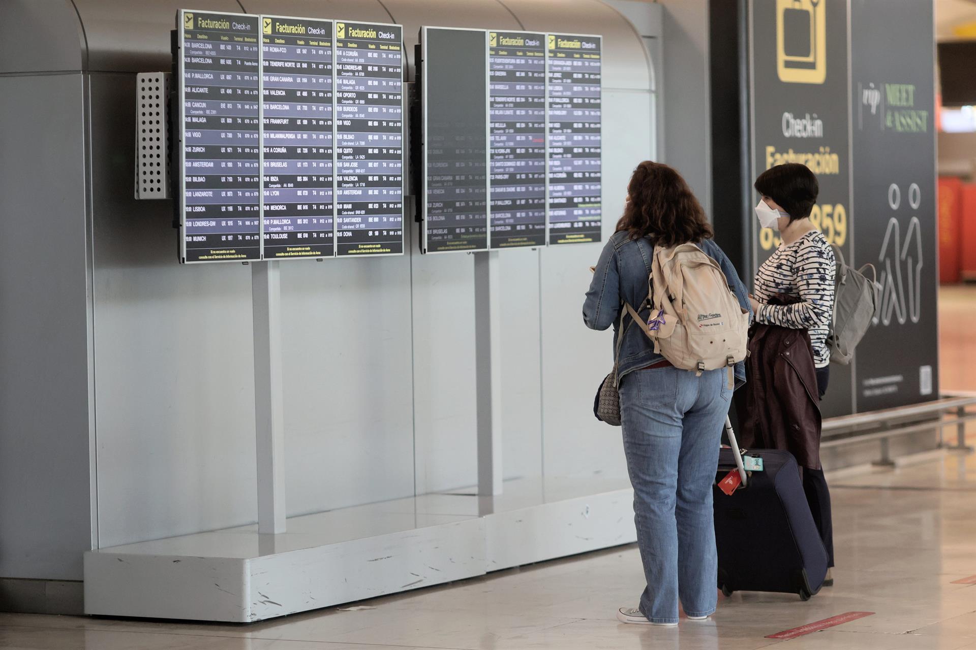 Sanidad amplía desde este lunes las pruebas diagnósticas en los controles sanitarios para acceder a España
