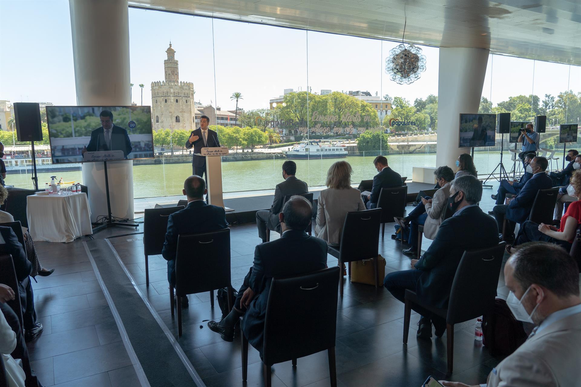 El presidente del Comité de las Regiones ve a Andalucía «pionera» en sostenibilidad y pide «descentralizar» los fondos