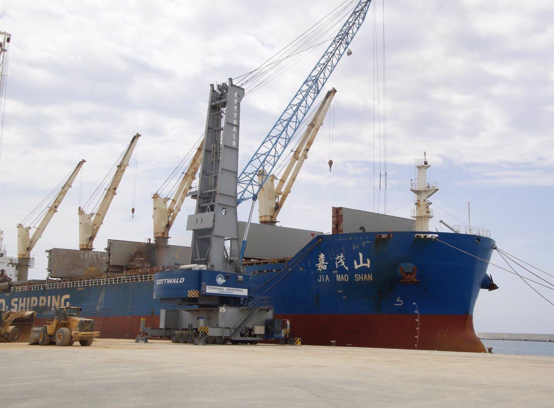 Exportan desde Motril 200.000 toneladas de mineral de celestita de canteras de la provincia