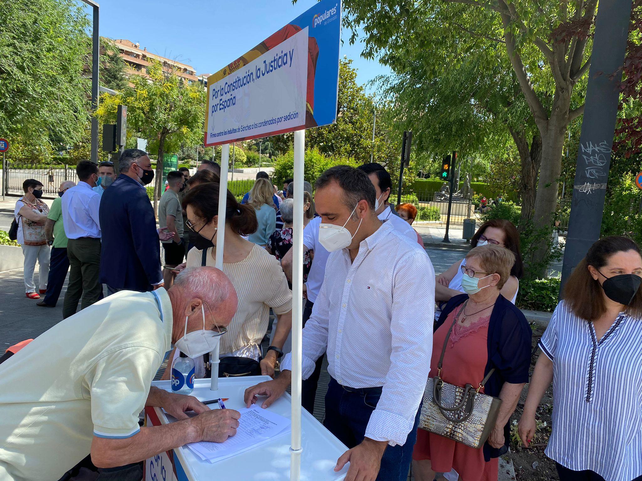 El PP recoge firmas contra los indultos en el bulevar de Constitución