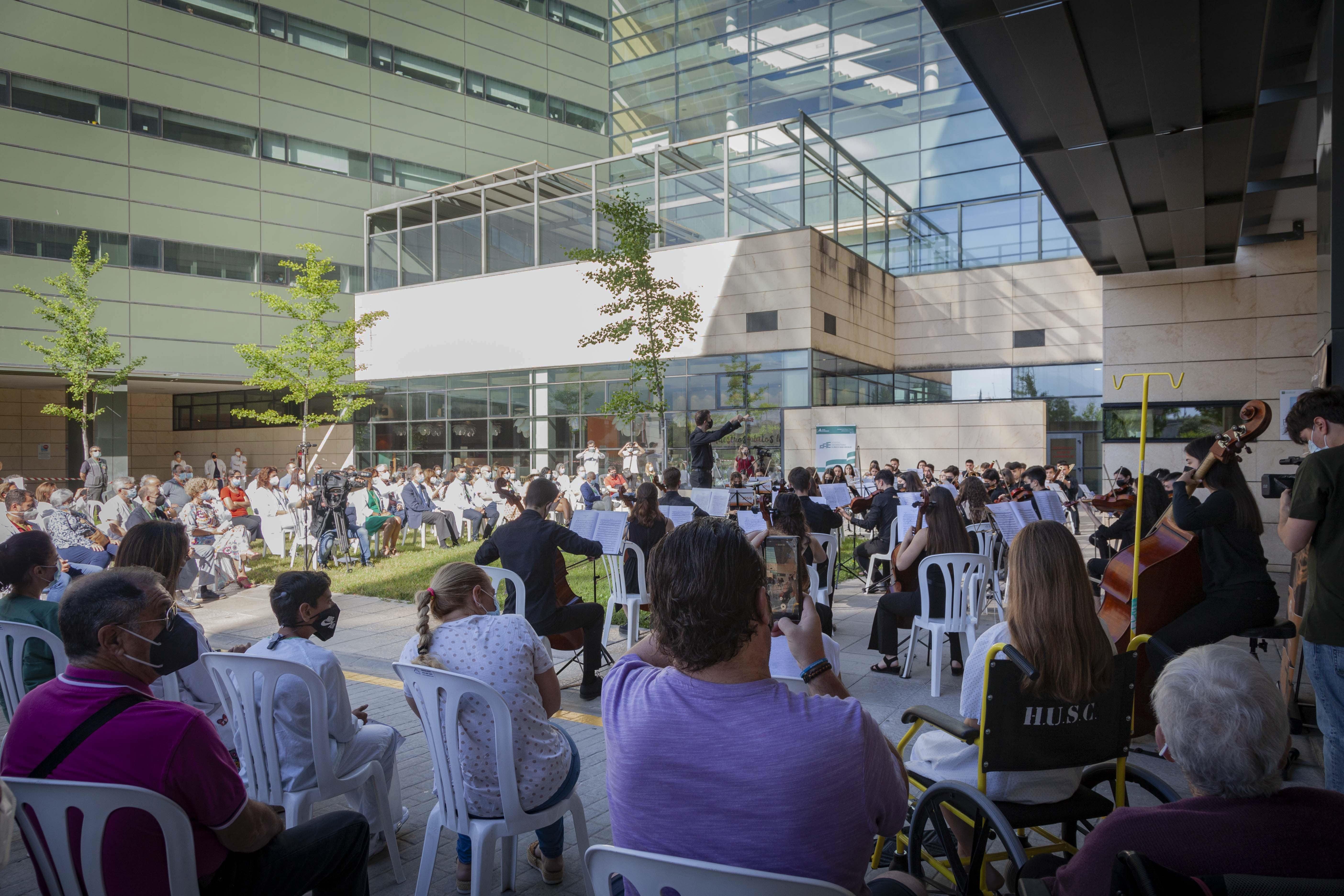 La Joven Orquesta Sinfónica de Granada homenajea en el Clínico a los profesionales y pacientes que se han enfrentado a la COVID-19