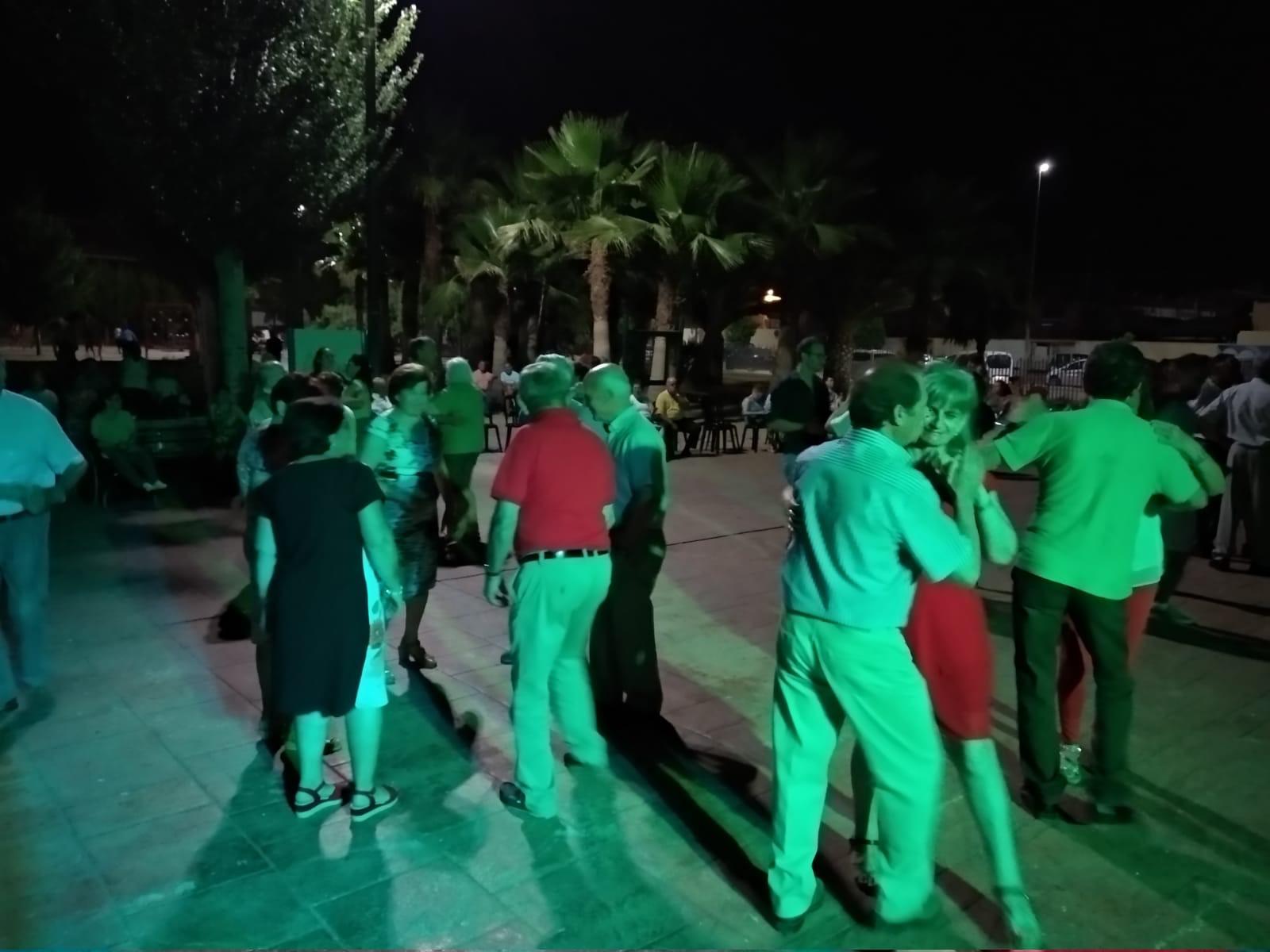"""Huétor Tájar recupera los """"bailes al fresquito"""" para sus mayores ya vacunados"""