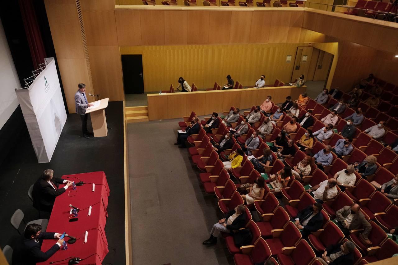 Marín anuncia el aplazamiento de la deuda de los ayuntamientos con la Junta durante dos años