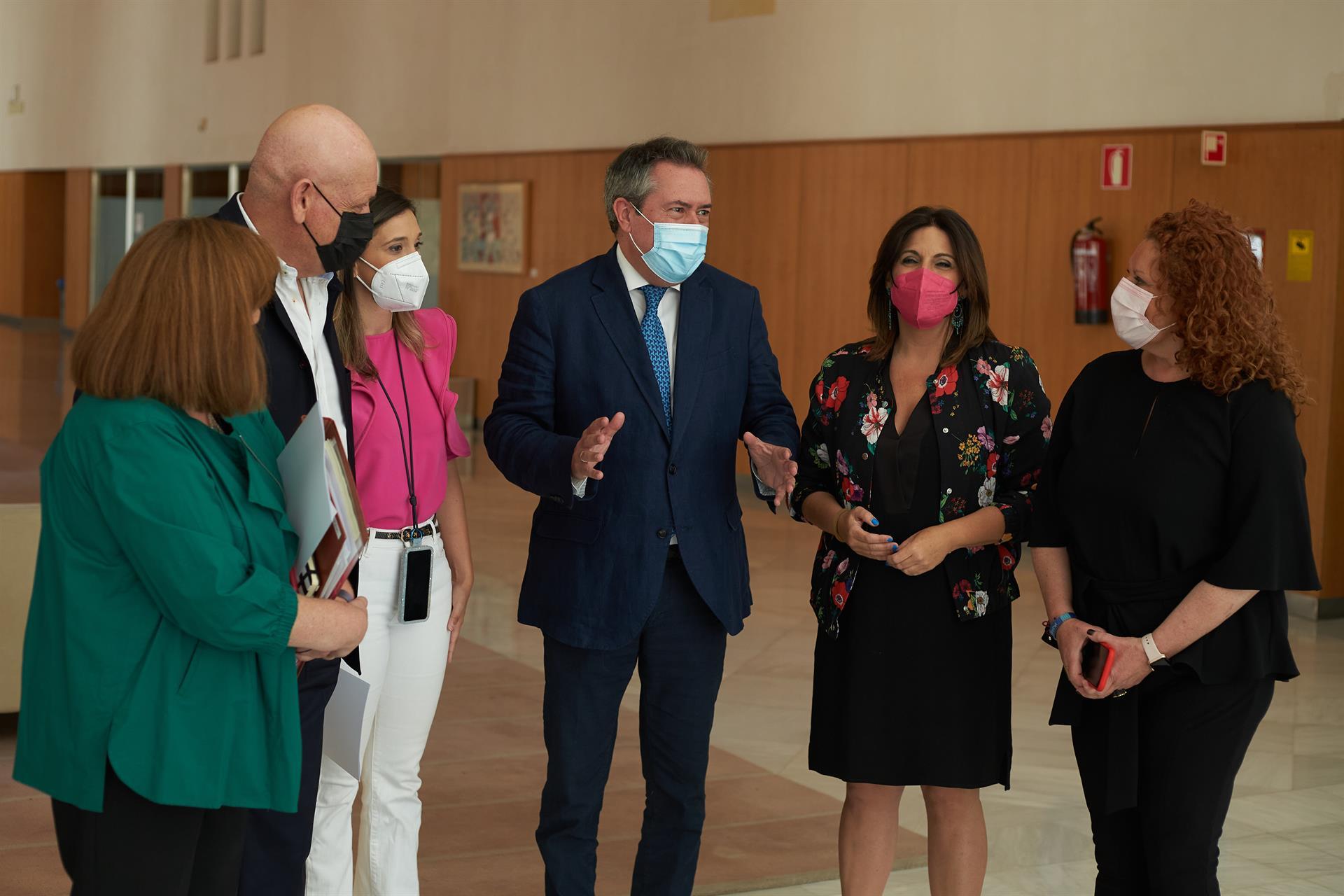 Espadas aboga por una transición «ágil» en el PSOE-A «sin apabullar a nadie» y señala que Susana Díaz le «está ayudando»