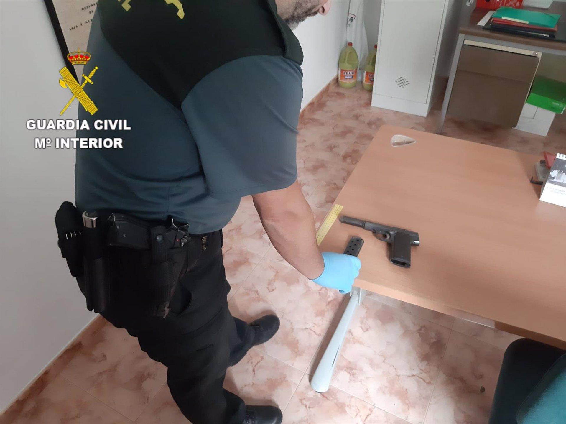 Detenido un joven tras ser sorprendido con una pistola en su coche en Íllora