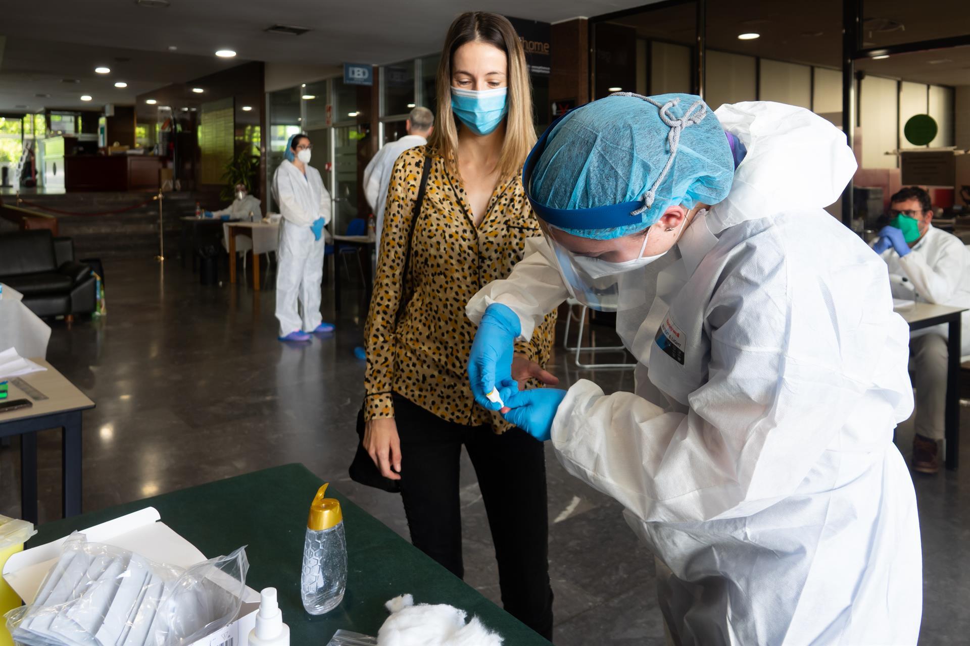 Andalucía suma casi 4.500 casos y 23 muertes, mayor cifra desde mayo, y la tasa roza los 600