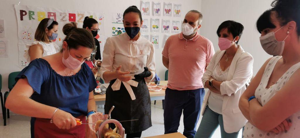 Ventas de Huelma acoge un curso de cortadoras de jamón para promover la empleabilidad de las mujeres en el sector