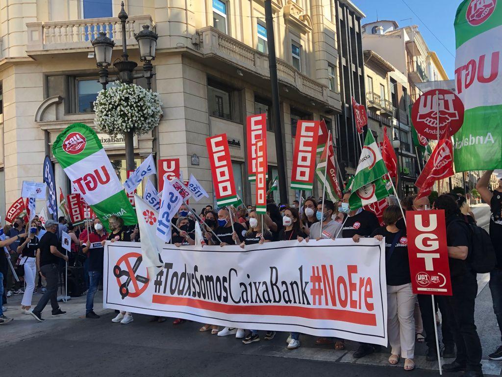 CCOO se moviliza contra los despidos en CaixaBank que afectan a 279 personas en Granada