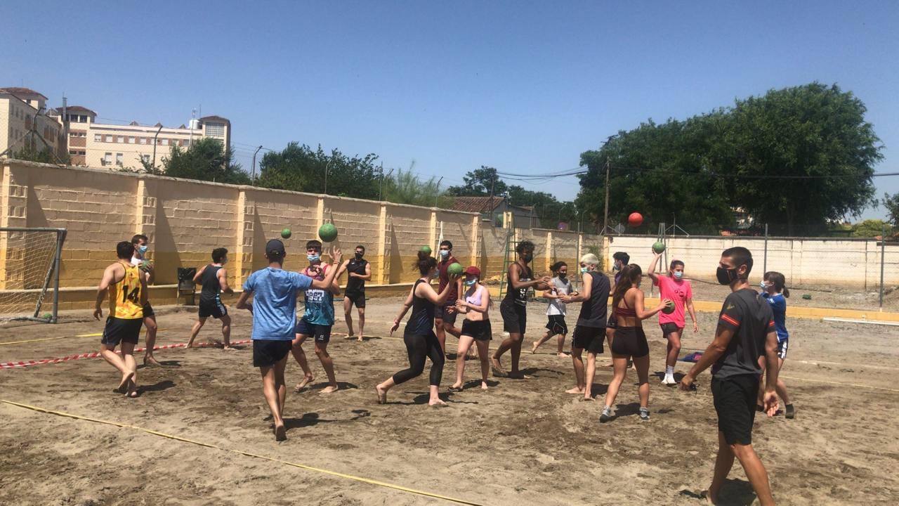 Referentes del balonmano playa nacional participan en unas jornadas de la Facultad de Ciencias del Deporte