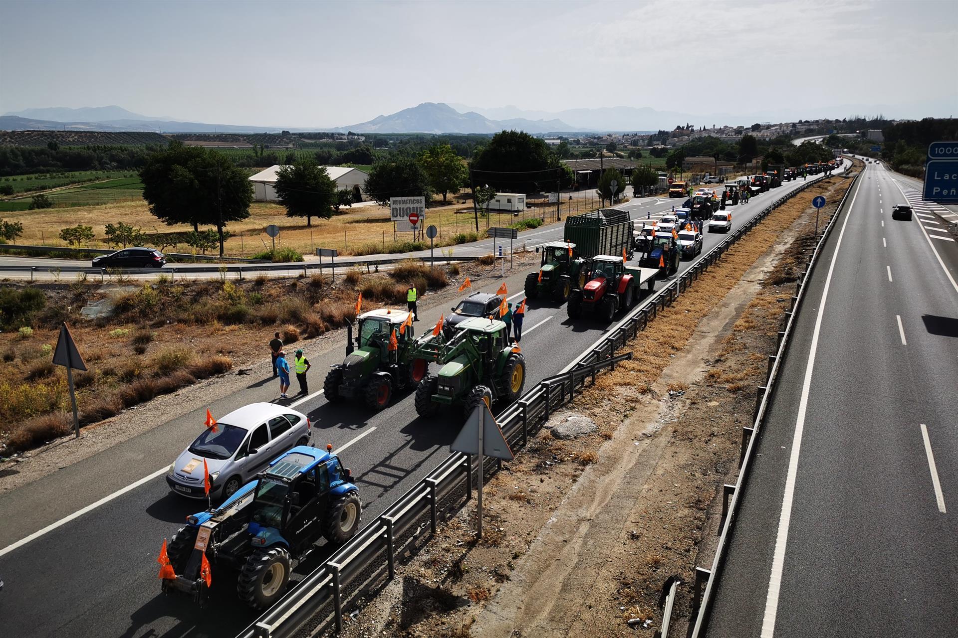 Una tractorada reclama el arreglo del camino de servicio de la A-92 hacia Moraleda de Zafayona