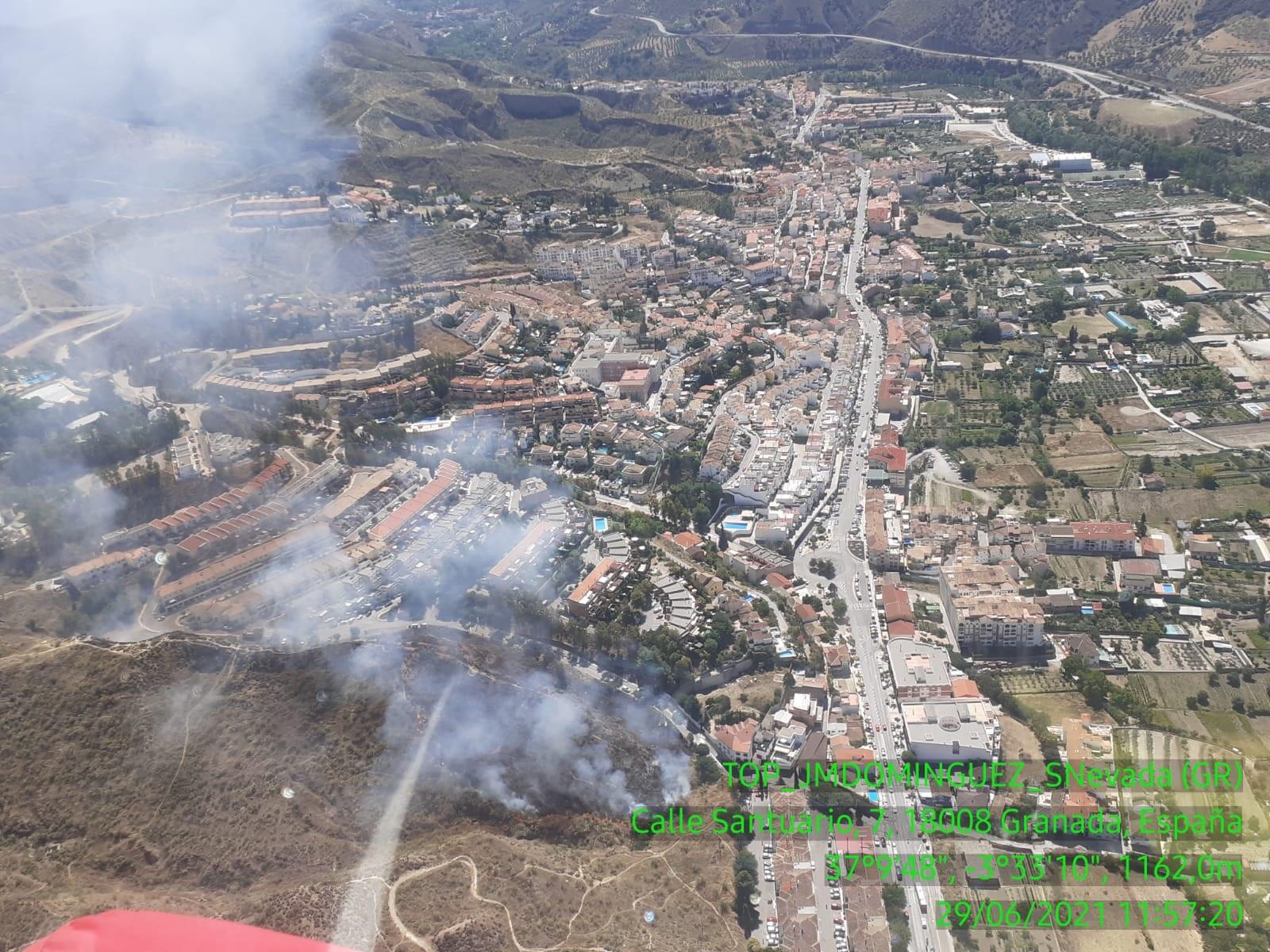 El Infoca trabaja en la extinción por tierra y aire de un incendio forestal en Cenes de la Vega