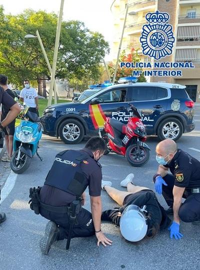 Auxilian a una joven accidentada tras caer violentamente de su ciclomotor en una rotonda