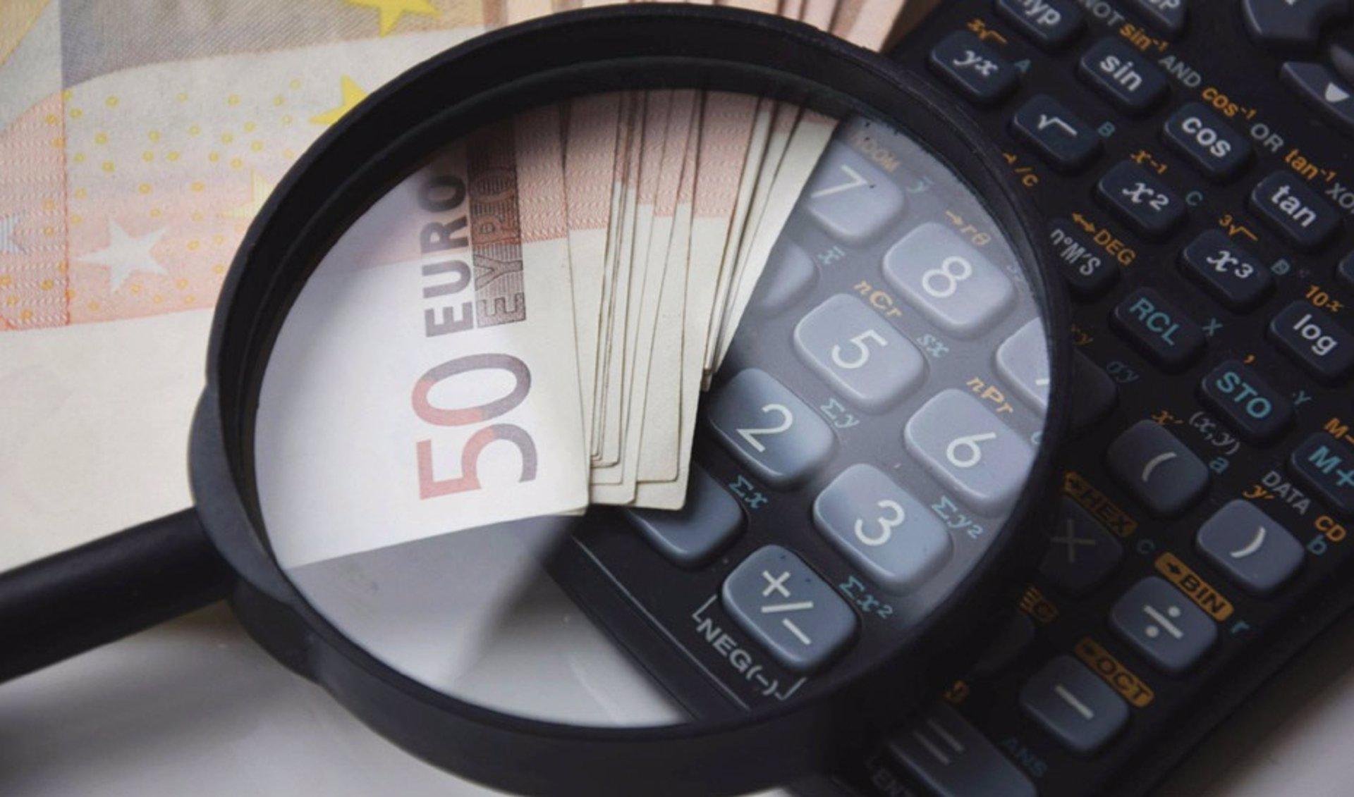 La Airef prevé que Andalucía cierre 2021 con un -0,6% de déficit, una décima más que la media de CCAA, y un 23% de deuda