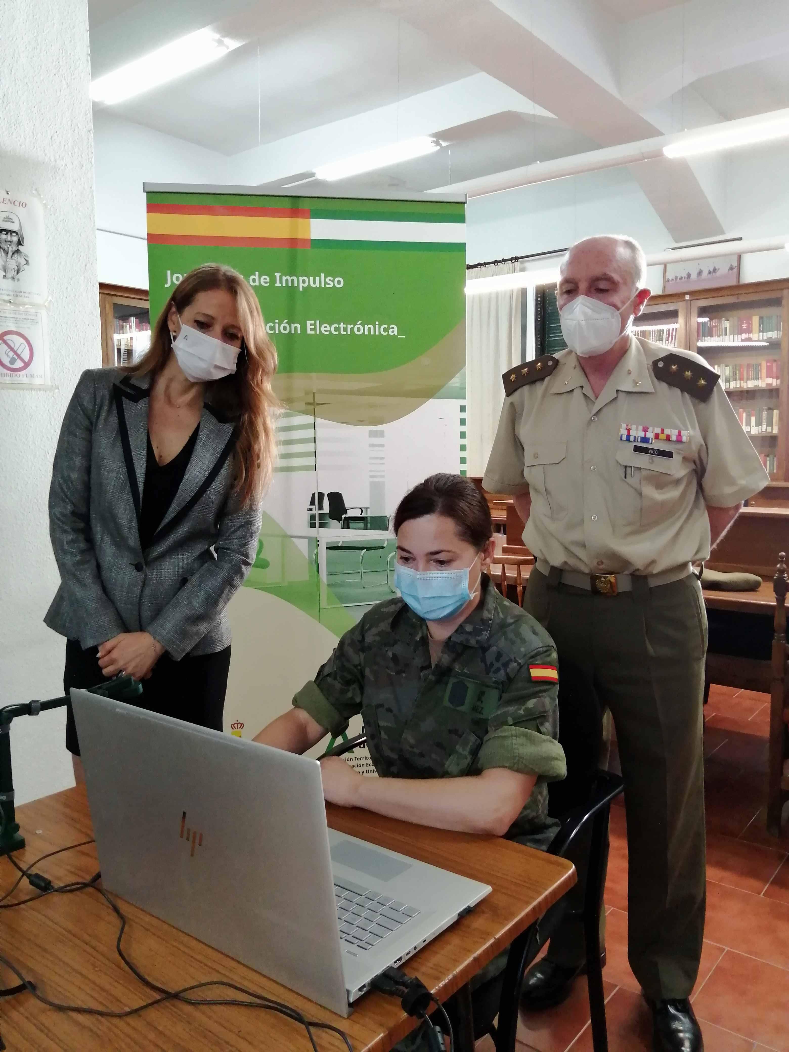 Junta y Ejército activan una iniciativa para difundir las ventajas de los servicios digitales de las administraciones
