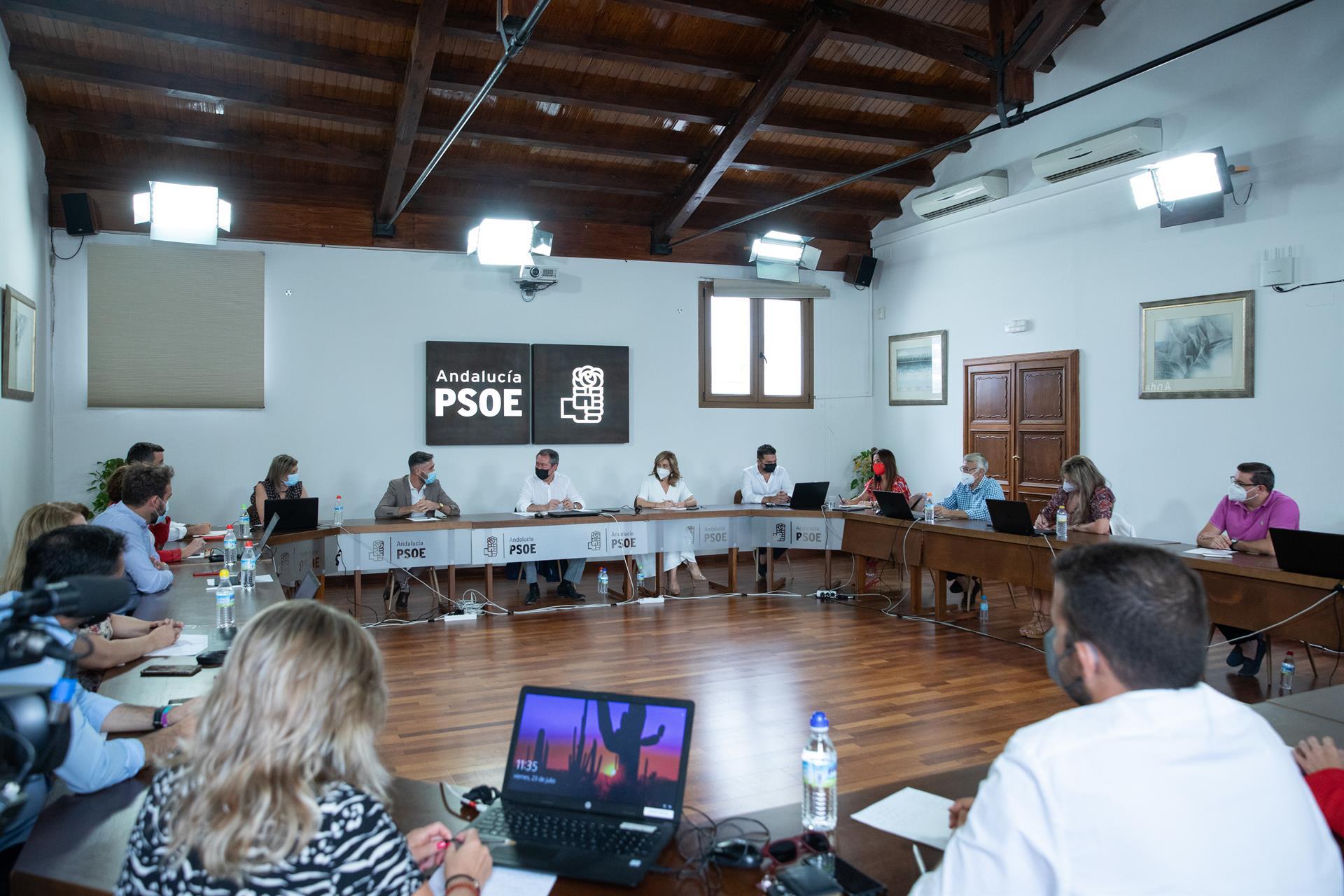 Espadas incluye a ocho alcaldes y cuatro ediles en el equipo de 21 personas para captar propuestas para el PSOE-A