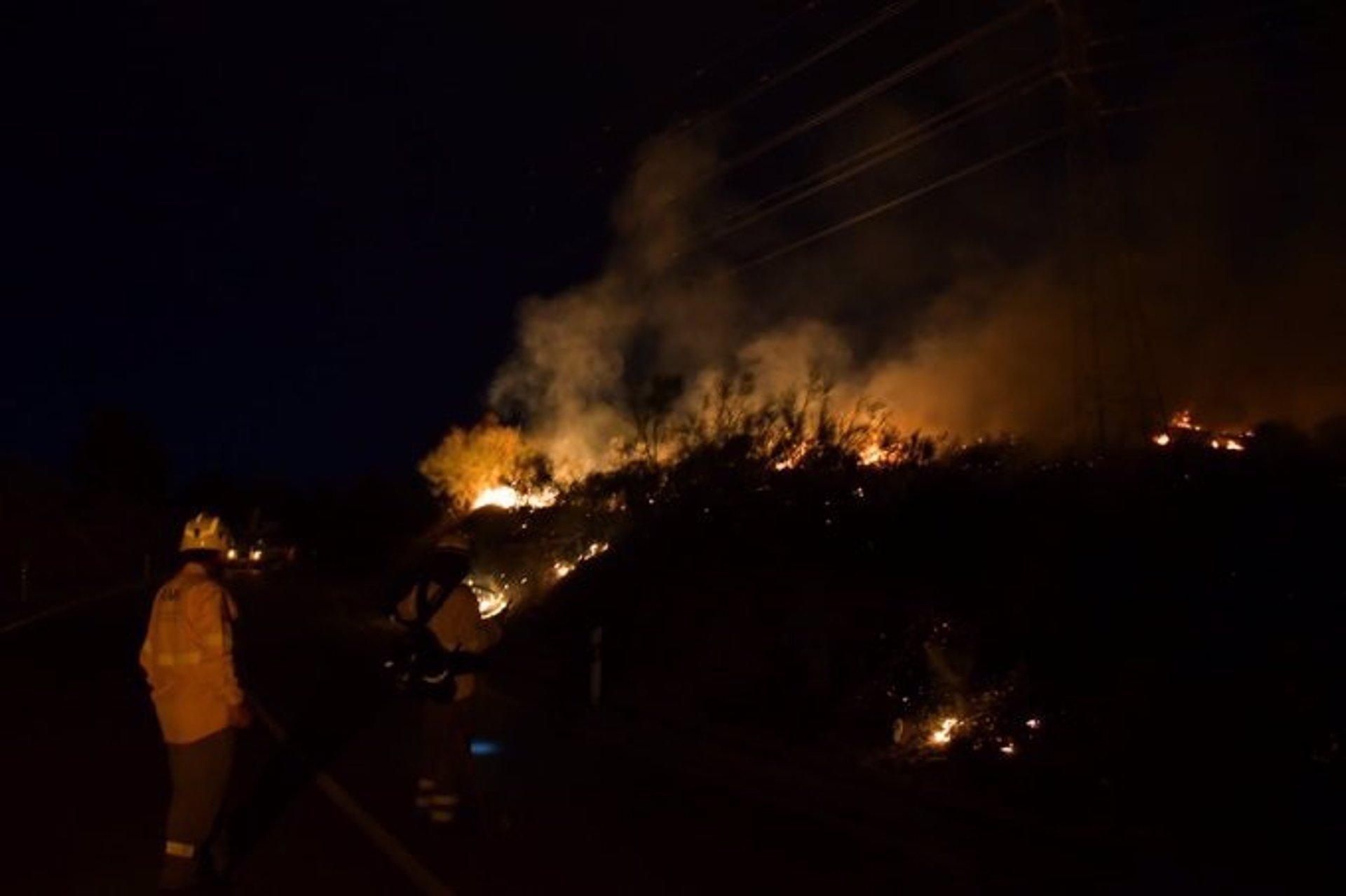 Controlado el incendio forestal de Jun y abierta al tráfico la GR-3102