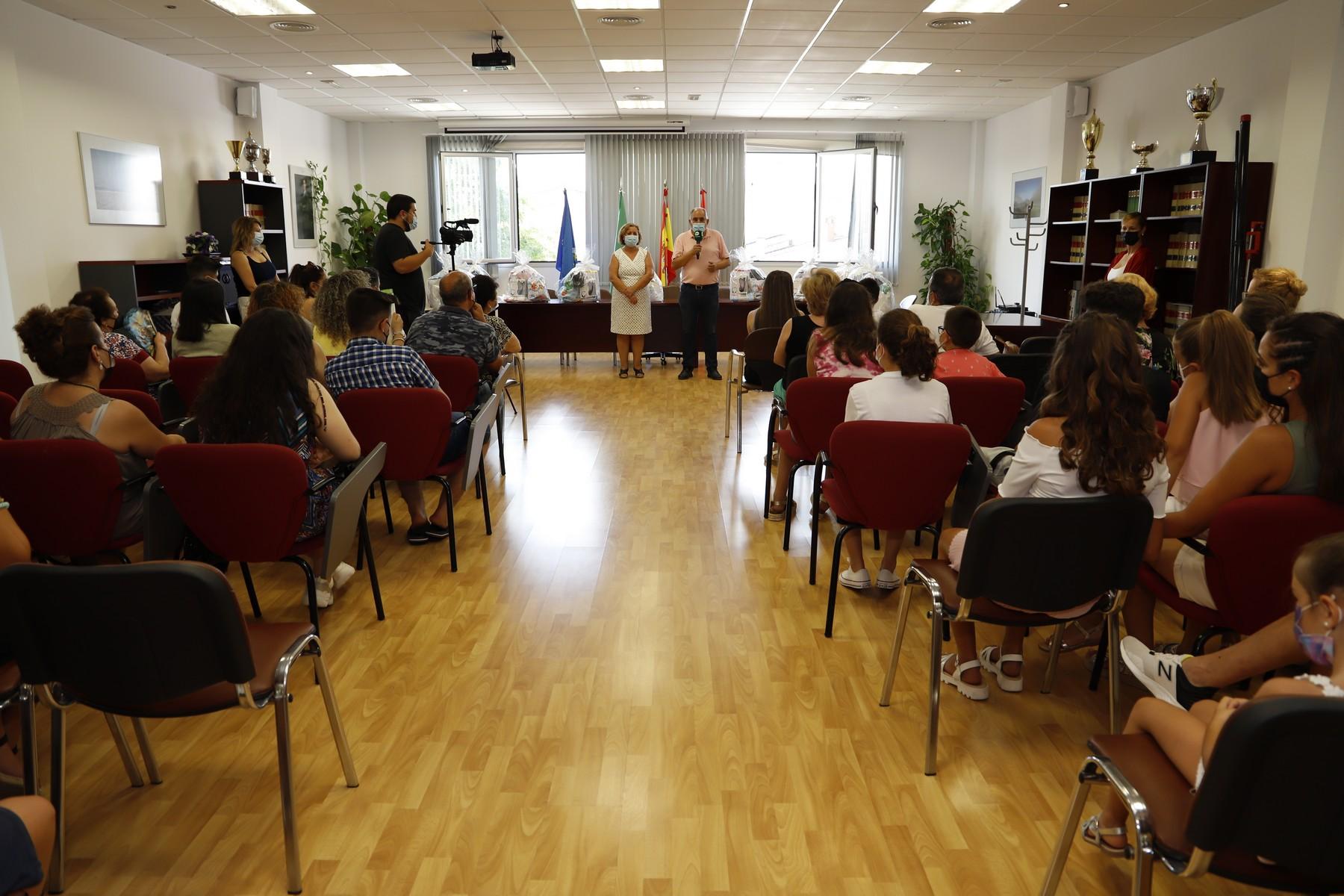 El Ayuntamiento homenajea a los estudiantes con mejores expedientes de los cuatro centros educativos hueteños, tanto del curso 2019/2020 como del 2020/2021
