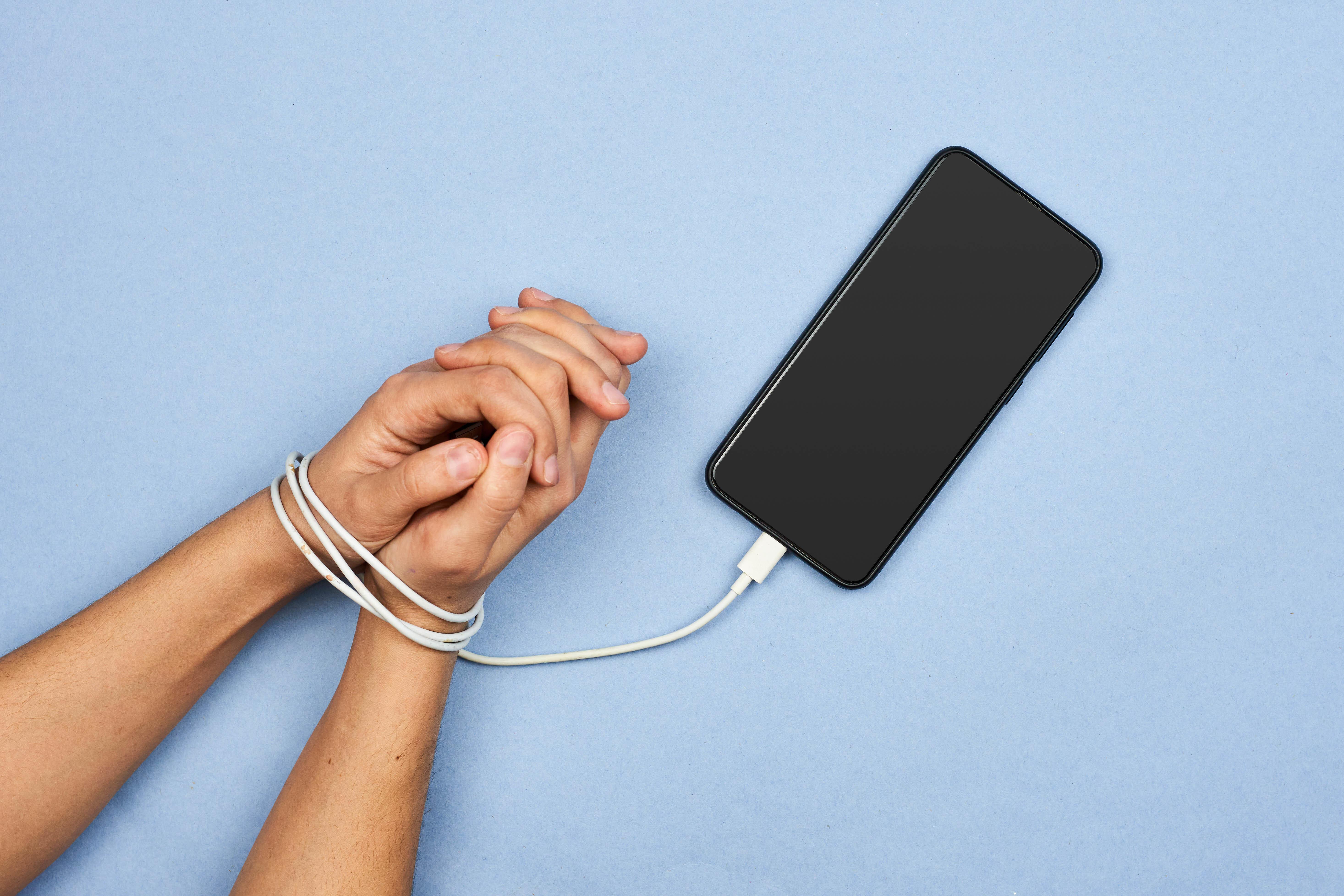 Los universitarios presentan niveles moderados de nomofobia, un miedo irracional a no disponer de su smartphone