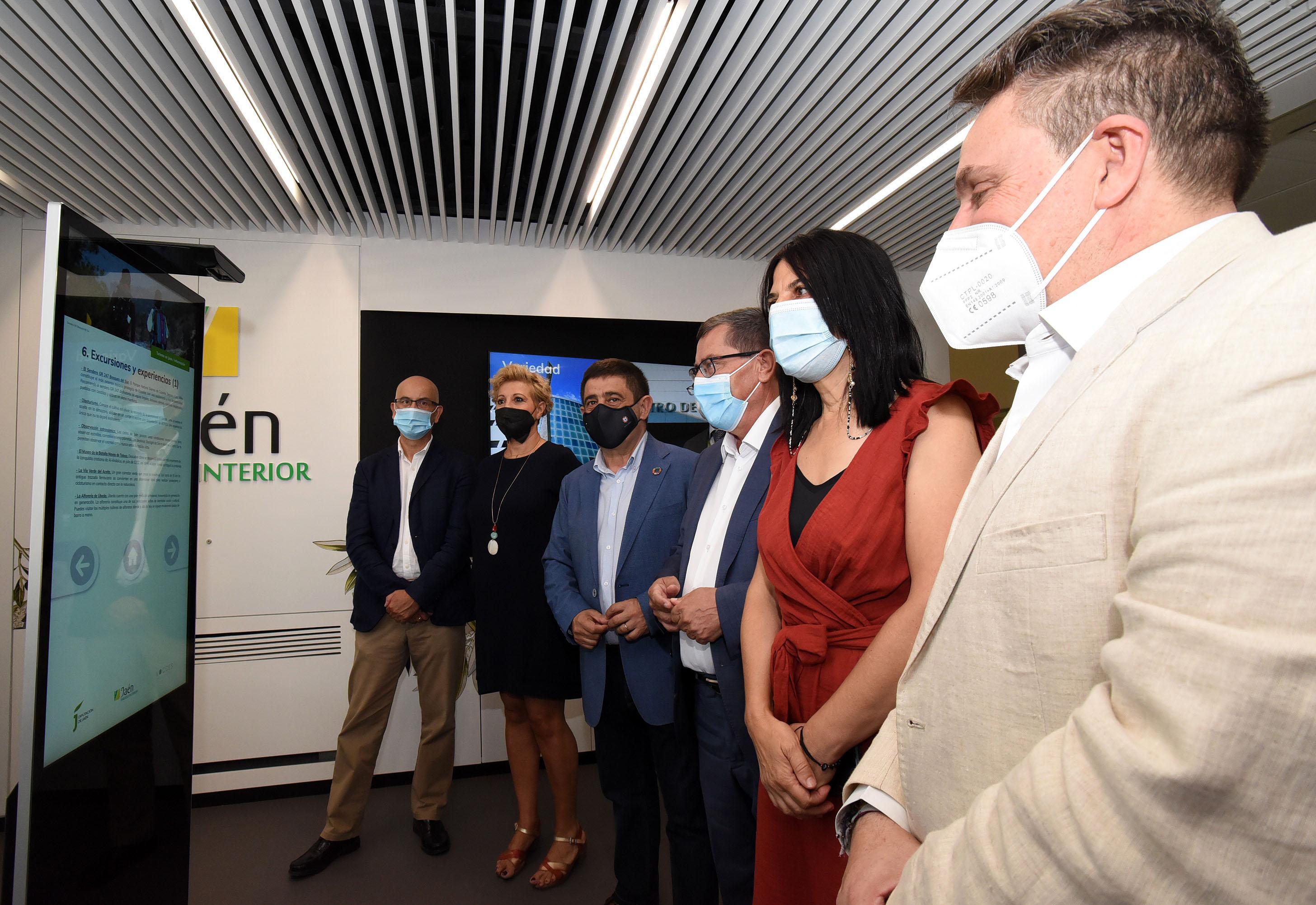 Granada y Jaén reforman y modernizan su oficina de información turística en el Aeropuerto FGL
