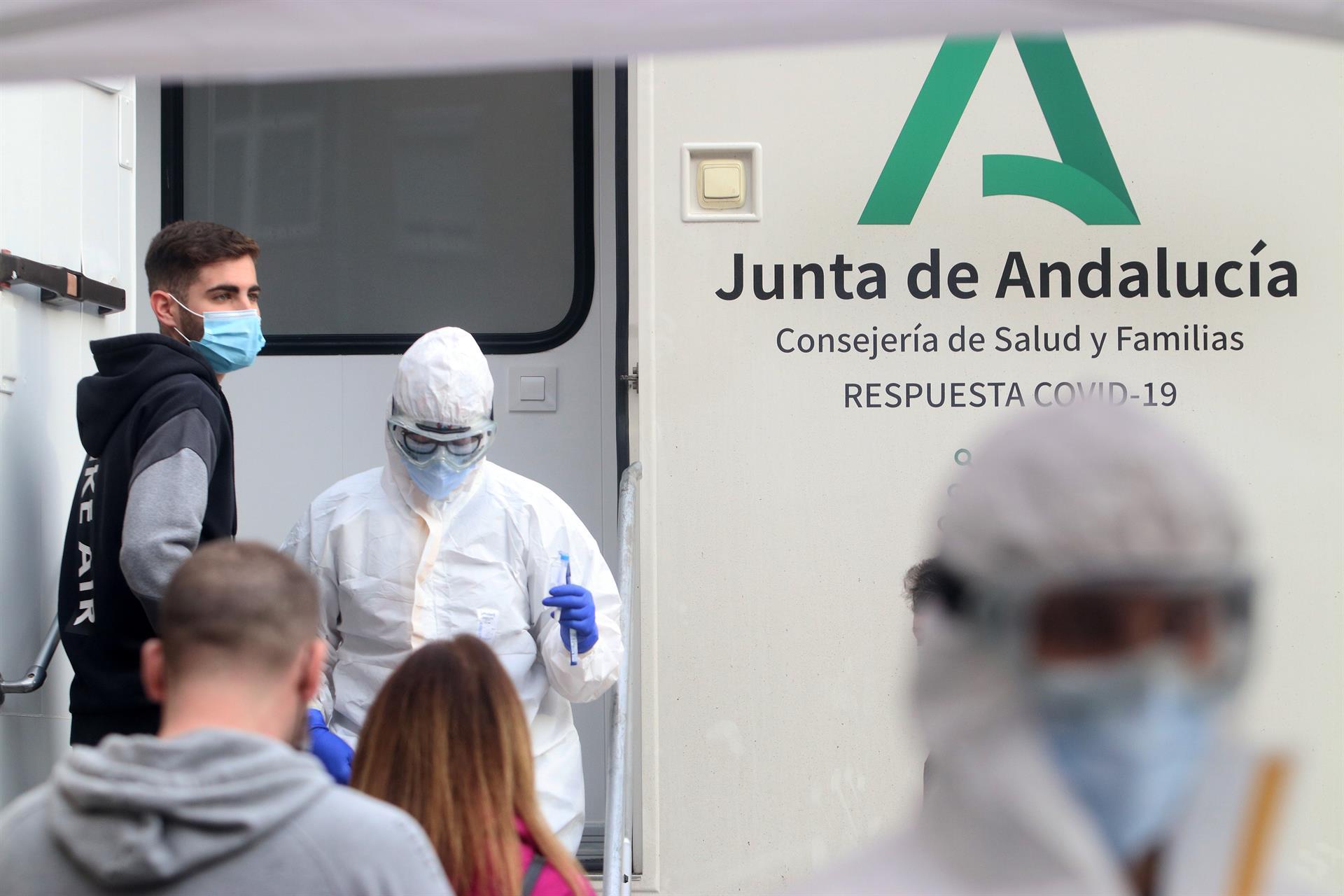 Andalucía suma 5.099 positivos, la peor cifra de la semana, ocho muertes y la tasa sube hasta 568