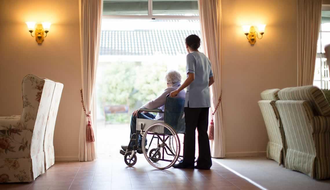 Investigadores de la UGR diseñan un programa para mejorar la atención al final de la vida en residencias de mayores