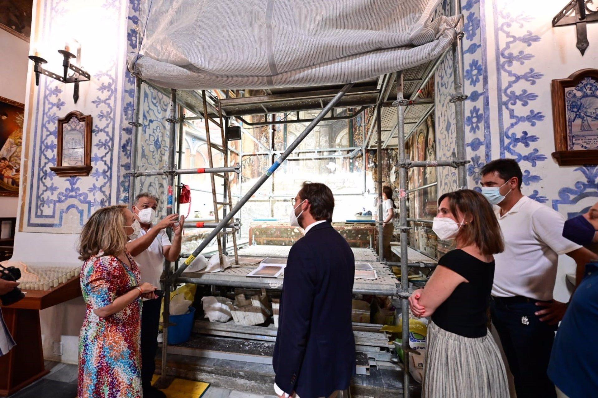 La Junta visita los trabajos de restauración de las pinturas murales de la capilla de San Miguel Bajo