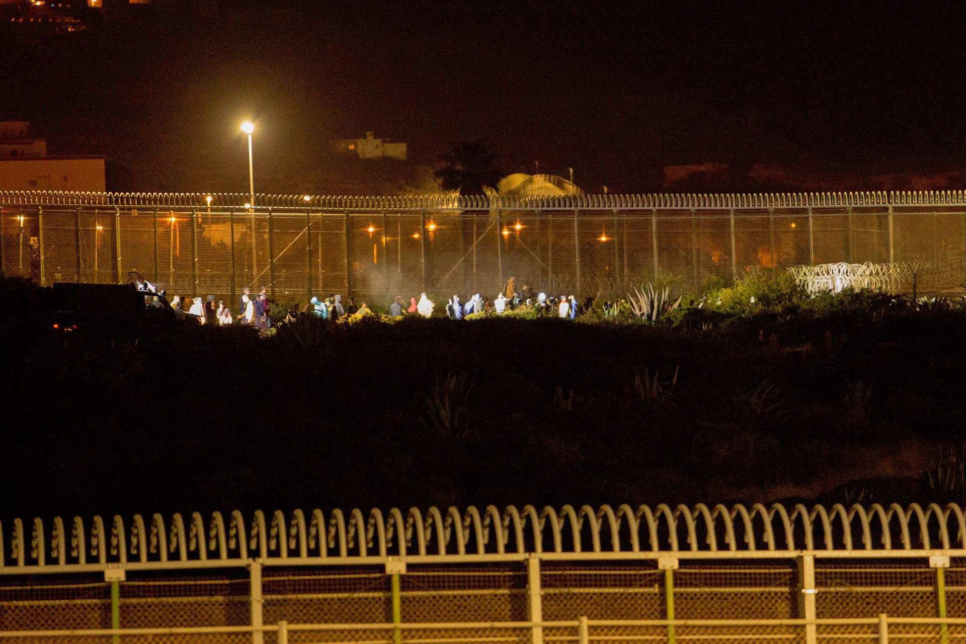 Un grupo de 119 subsaharianos logra acceder de madrugada por la valla de Melilla